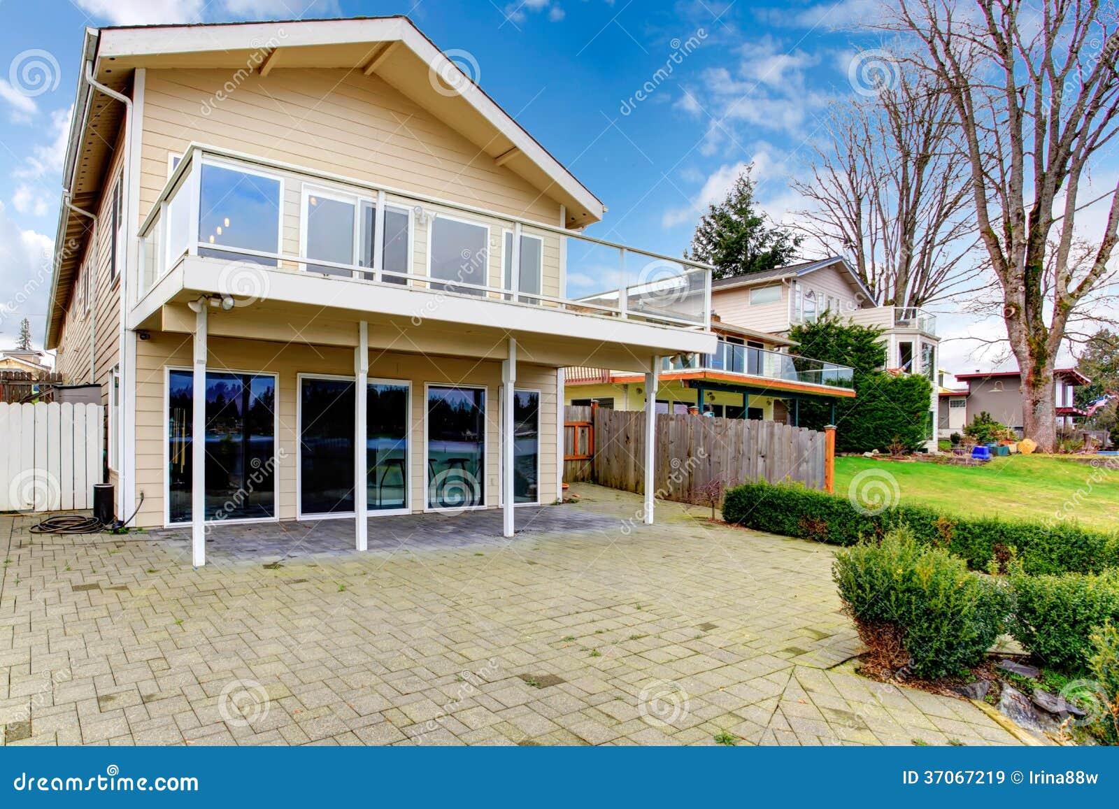 Maison lambriss e deux par histoires avec le balcon en verre images libres de droits image - Maison s par domenack arquitectos ...