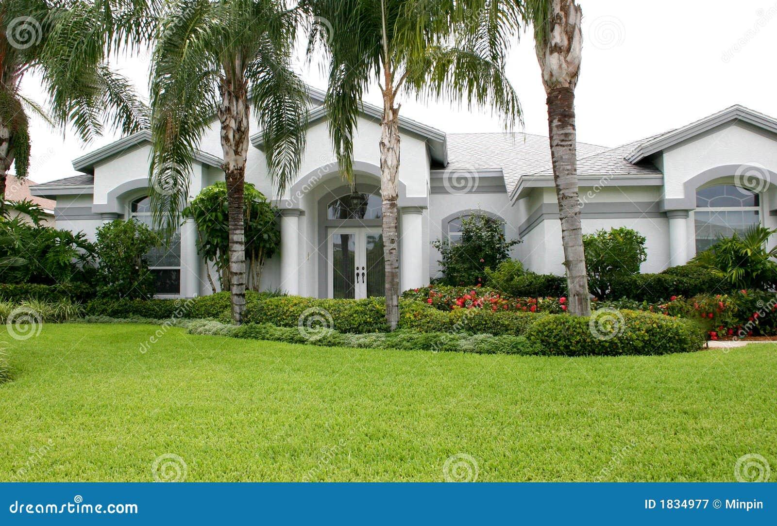 maison luxueuse neuve dans les tropiques photographie stock libre de droits image 1834977. Black Bedroom Furniture Sets. Home Design Ideas