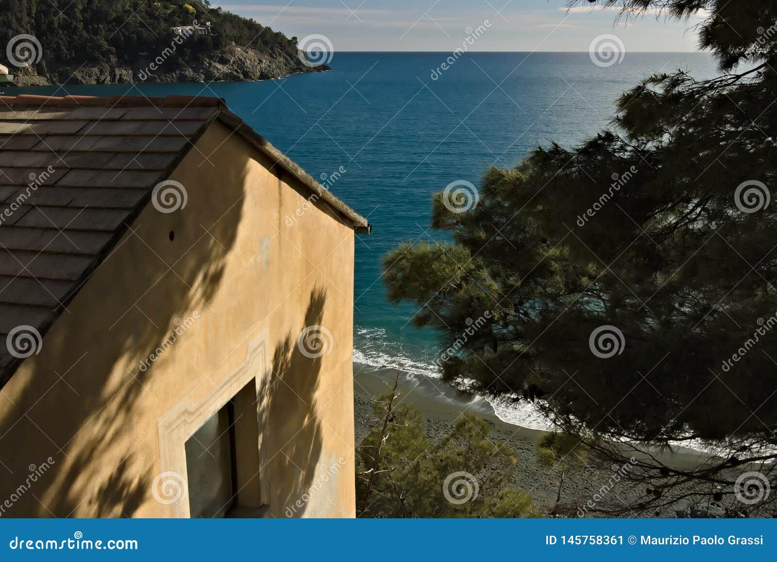 Maison méditerranéenne à la mer de Cinque Terre Une maison méditerranéenne typique dans un village ligurien Bonassola, province d