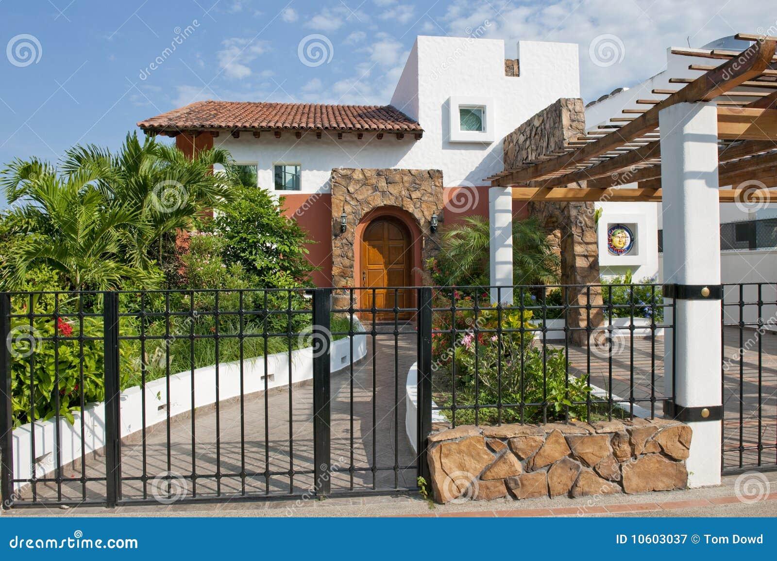 Maison mexicaine de luxe photographie stock libre de for Maison en bois luxe