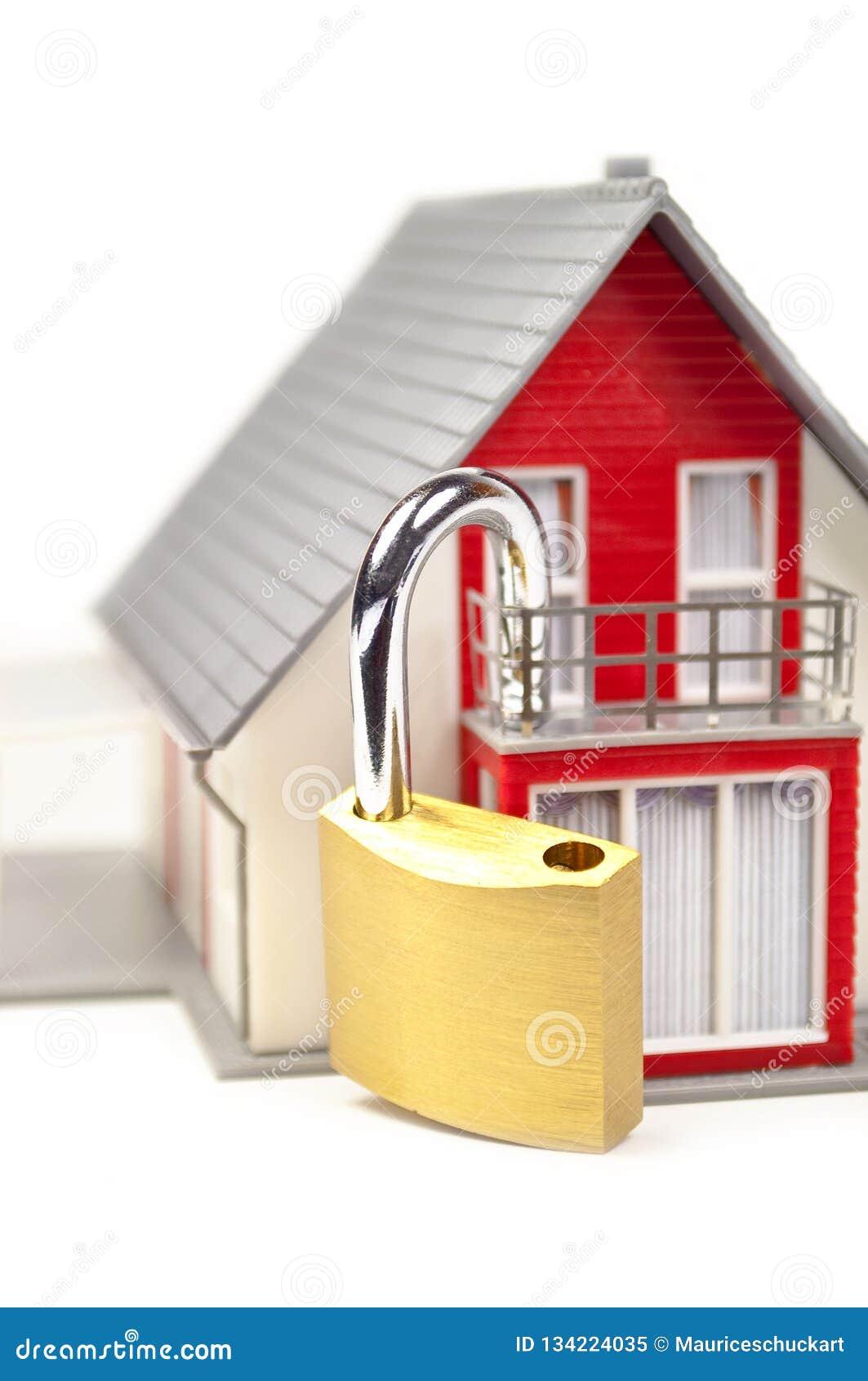 Maison miniature avec une serrure