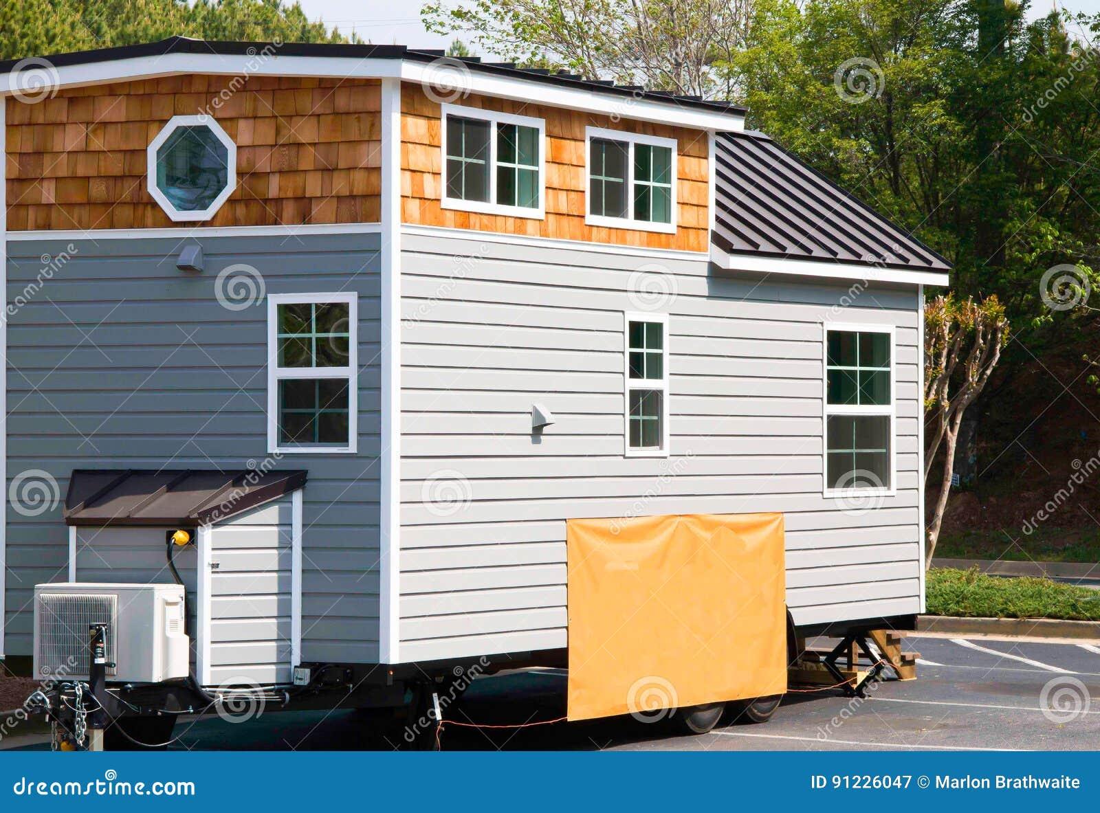 Maison minuscule à vendre dessus beaucoup