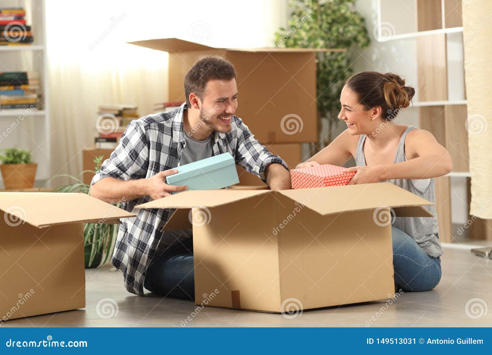 Maison mobile unboxing d affaires de couples heureux