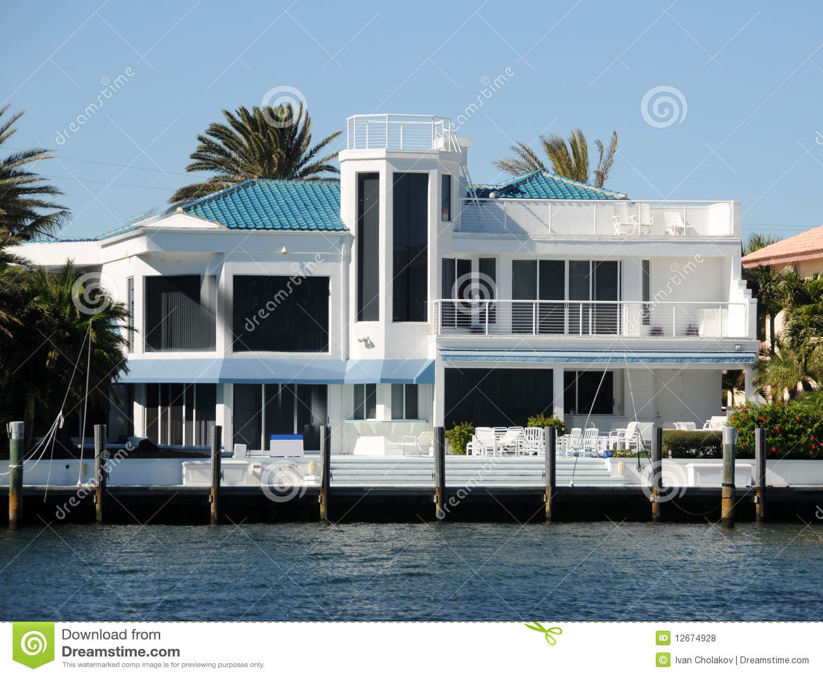 Maison moderne photos libres de droits image 12674928 - Maison moderne bord de mer ...