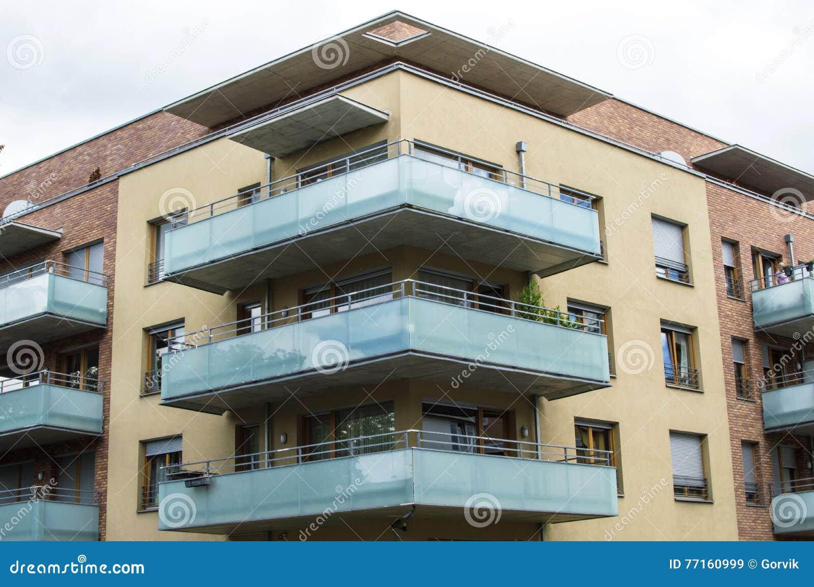 Maison moderne avec de beaux balcons en verre
