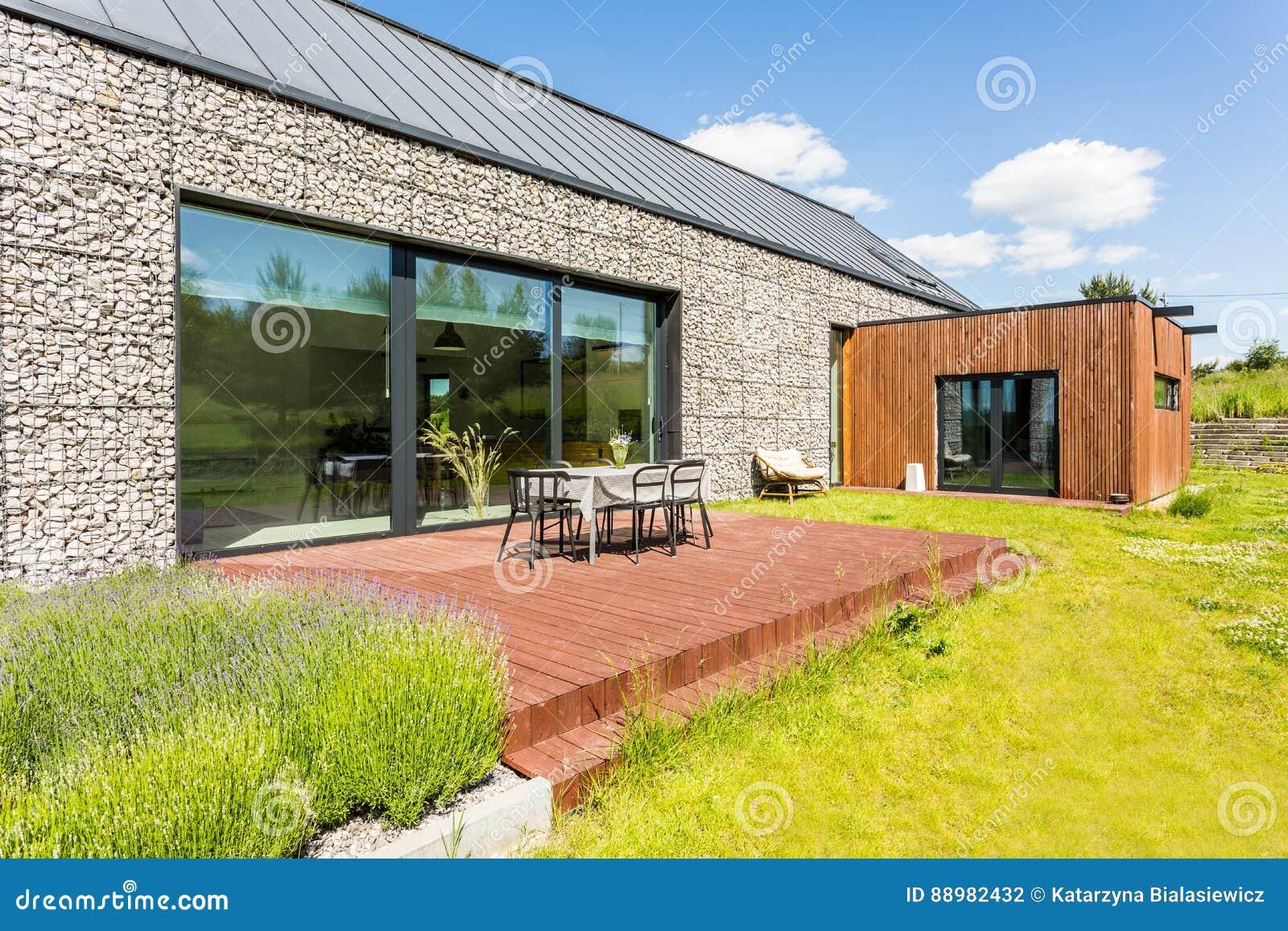 Maison Moderne Avec L\'altitude En Pierre Photo stock - Image du ...