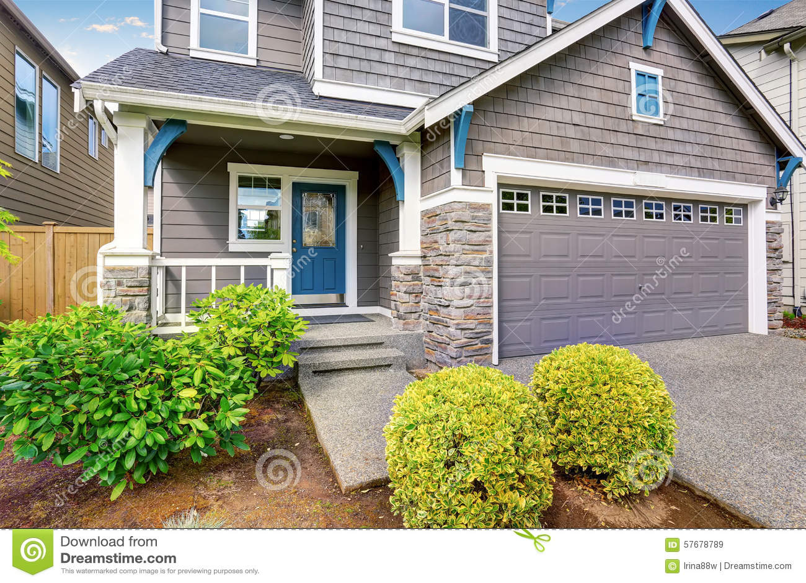 Maison moderne avec l 39 ext rieur de gris et quilibre blanc bleu photo st - Maison grise et blanche ...