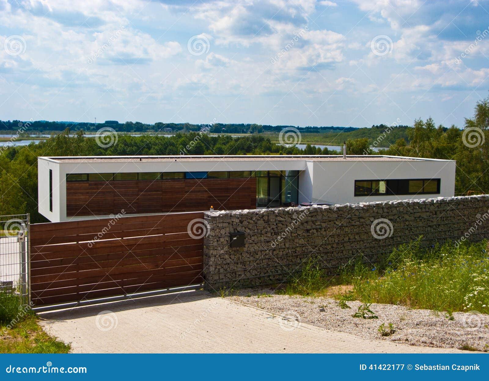 Maison moderne avec la barrière en pierre photo stock   image ...