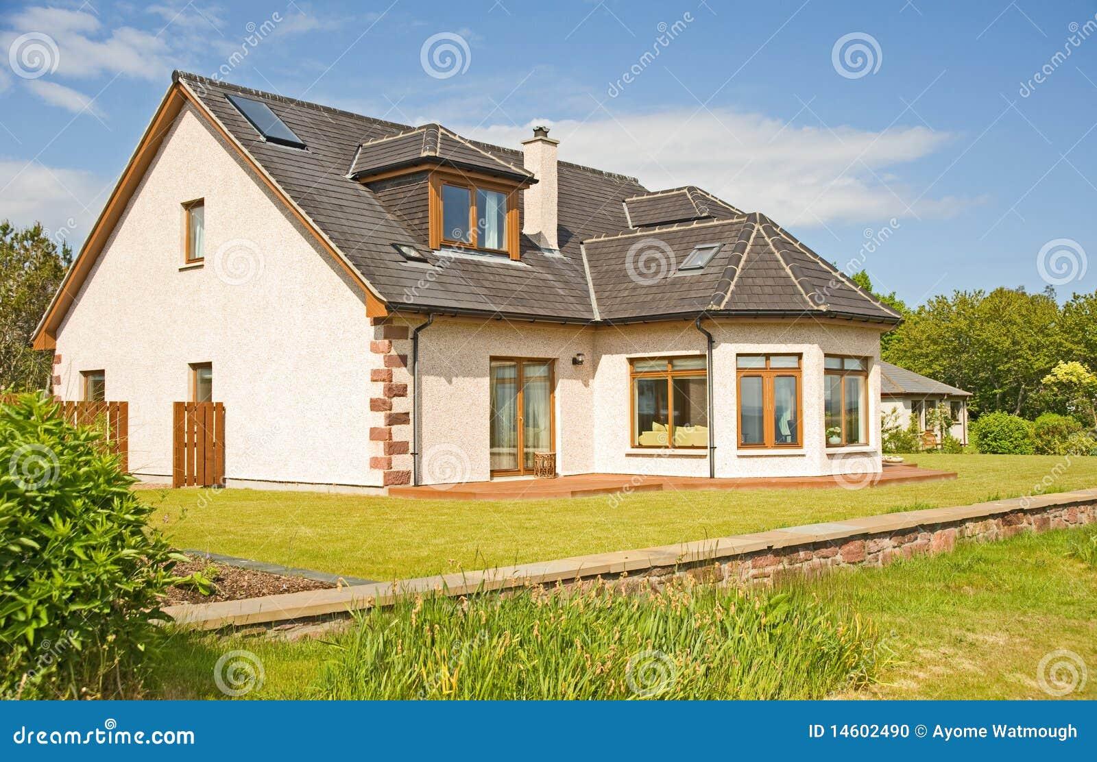 Maison Moderne Avec La Cheminee Et Le Jardin Photo Stock Image Du
