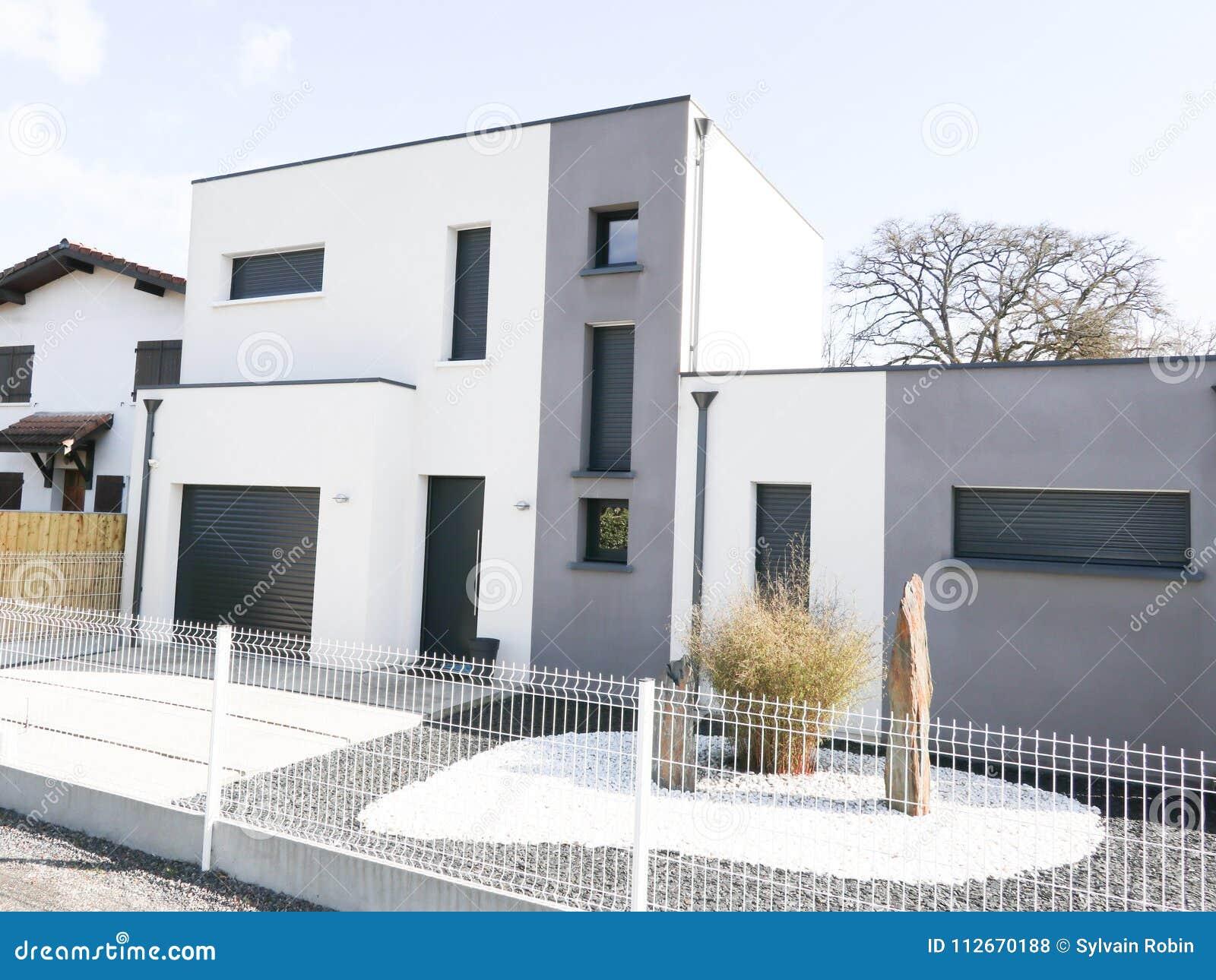 Maison Moderne Avec La Façade De Blanc Gris Sur Le Ciel ...