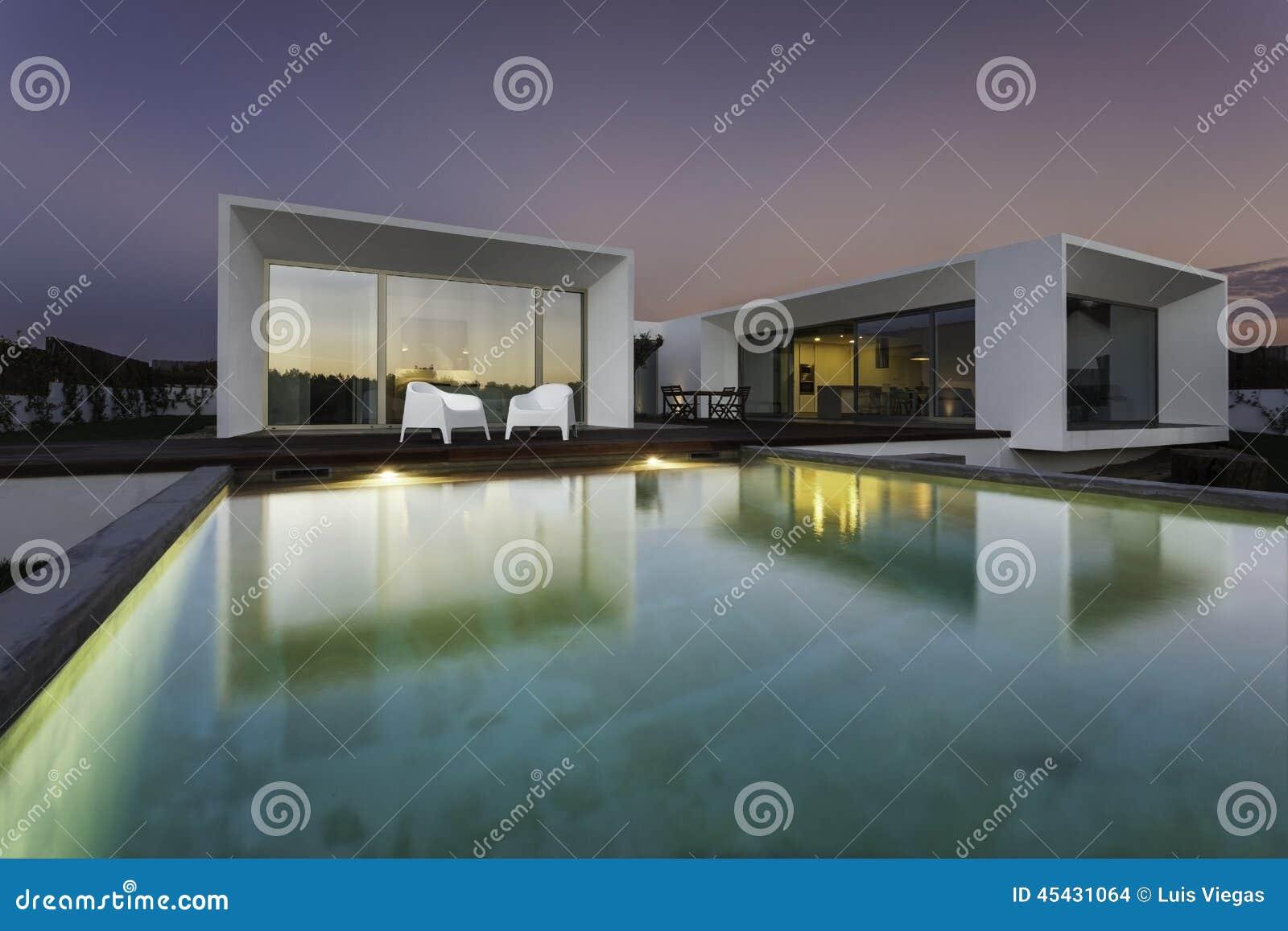 Maison moderne avec la piscine de jardin et la plate forme en bois ...