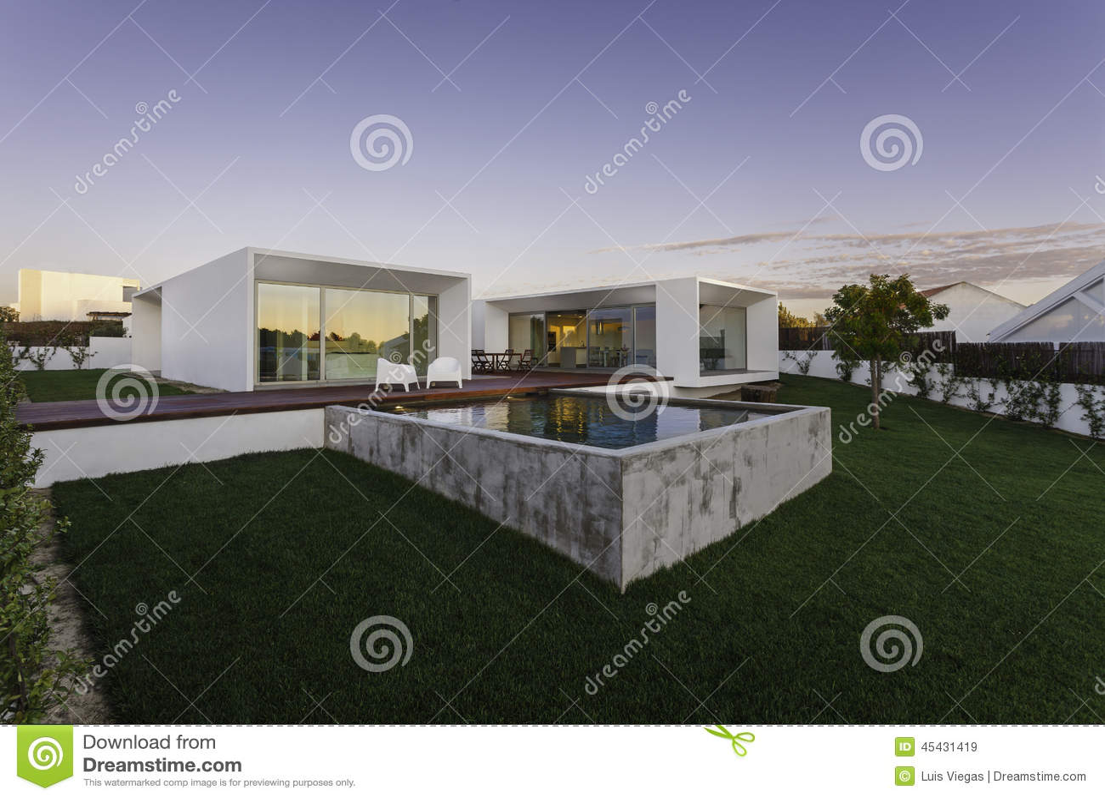 Maison moderne avec la piscine de jardin et la plate forme for Piscine xs prix