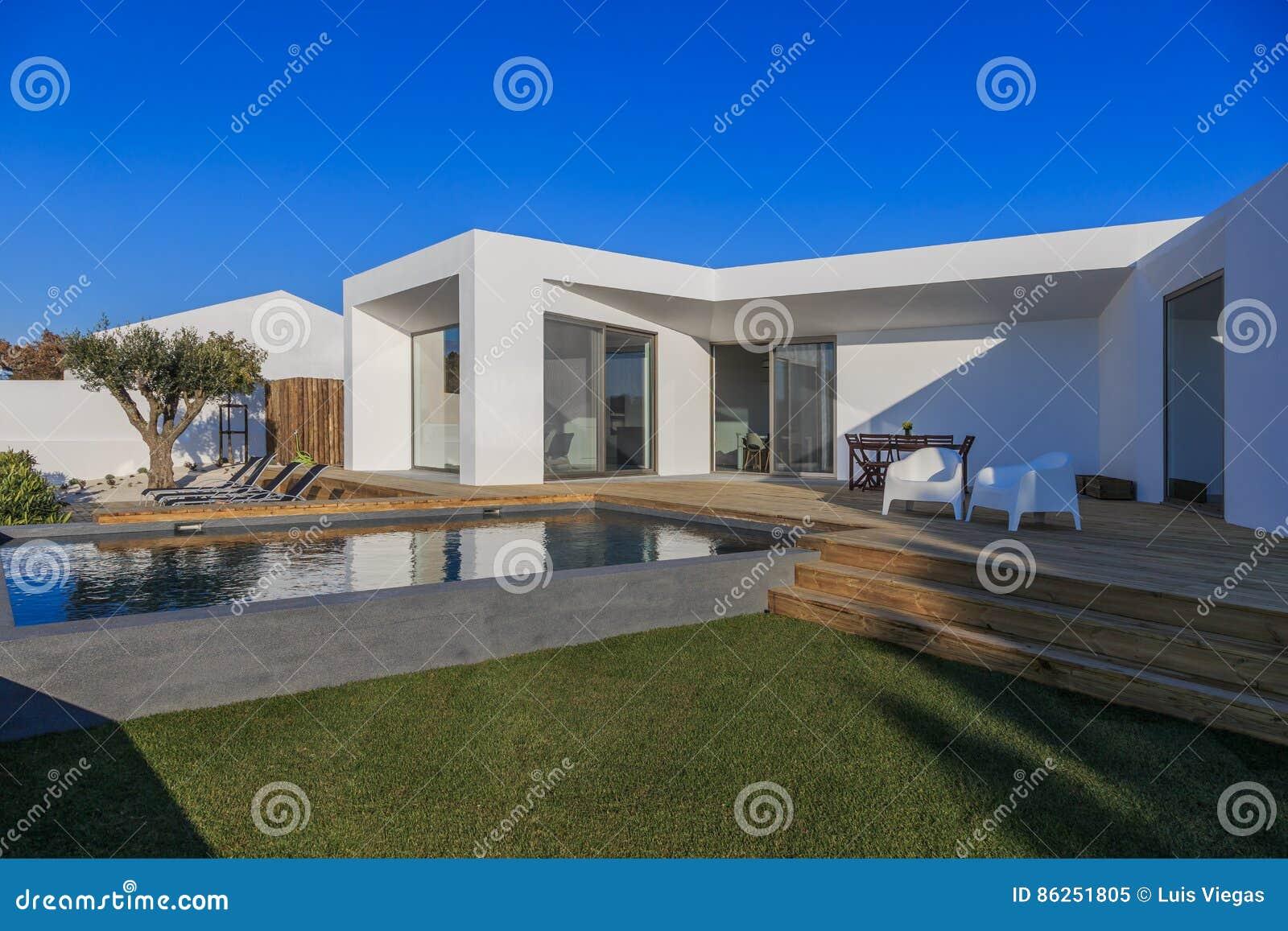 Maison Moderne Avec La Piscine De Jardin Et La Plate Forme En Bois
