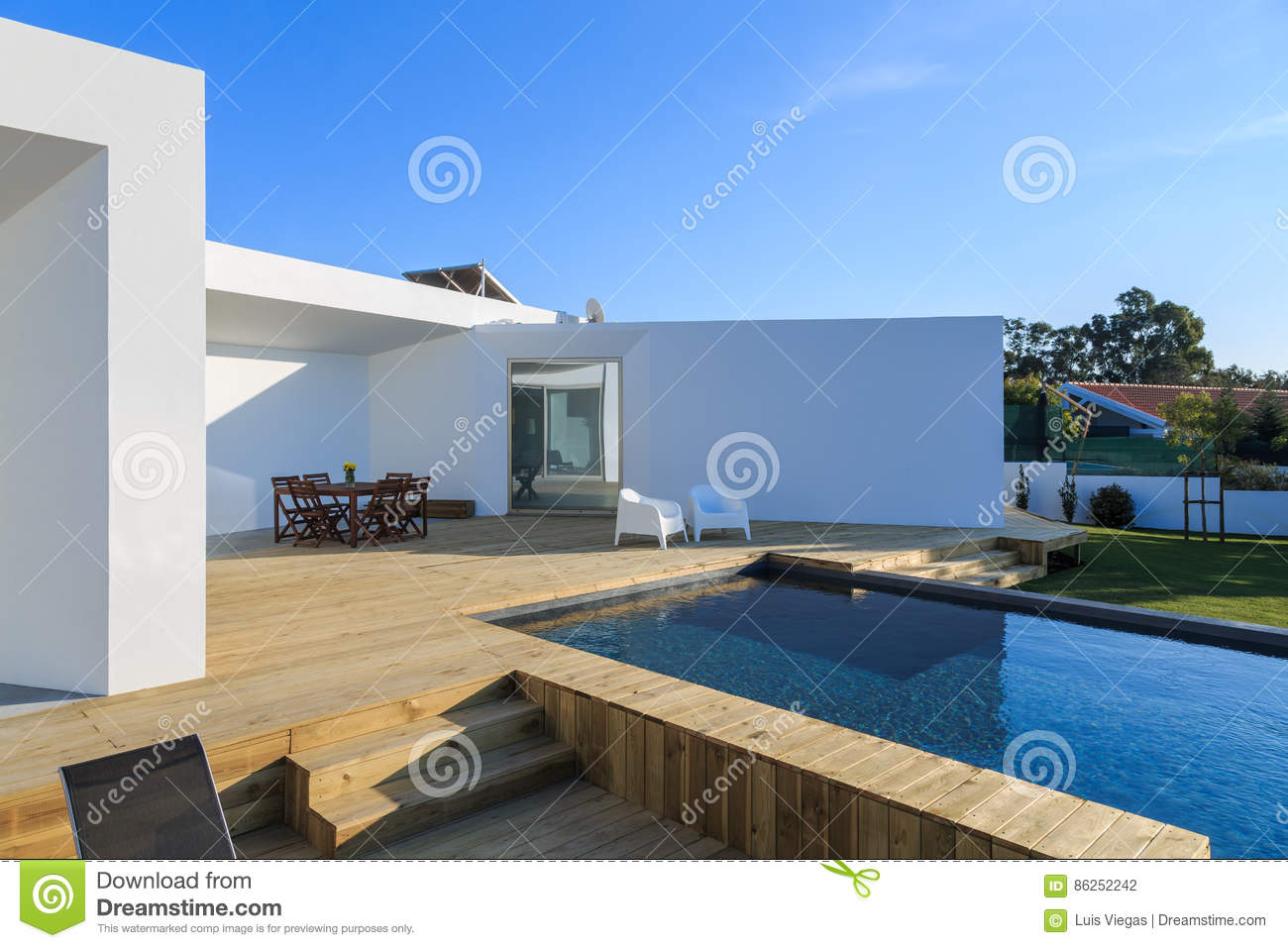 maison moderne avec la piscine de jardin et la plate forme en bois photo stock image du. Black Bedroom Furniture Sets. Home Design Ideas