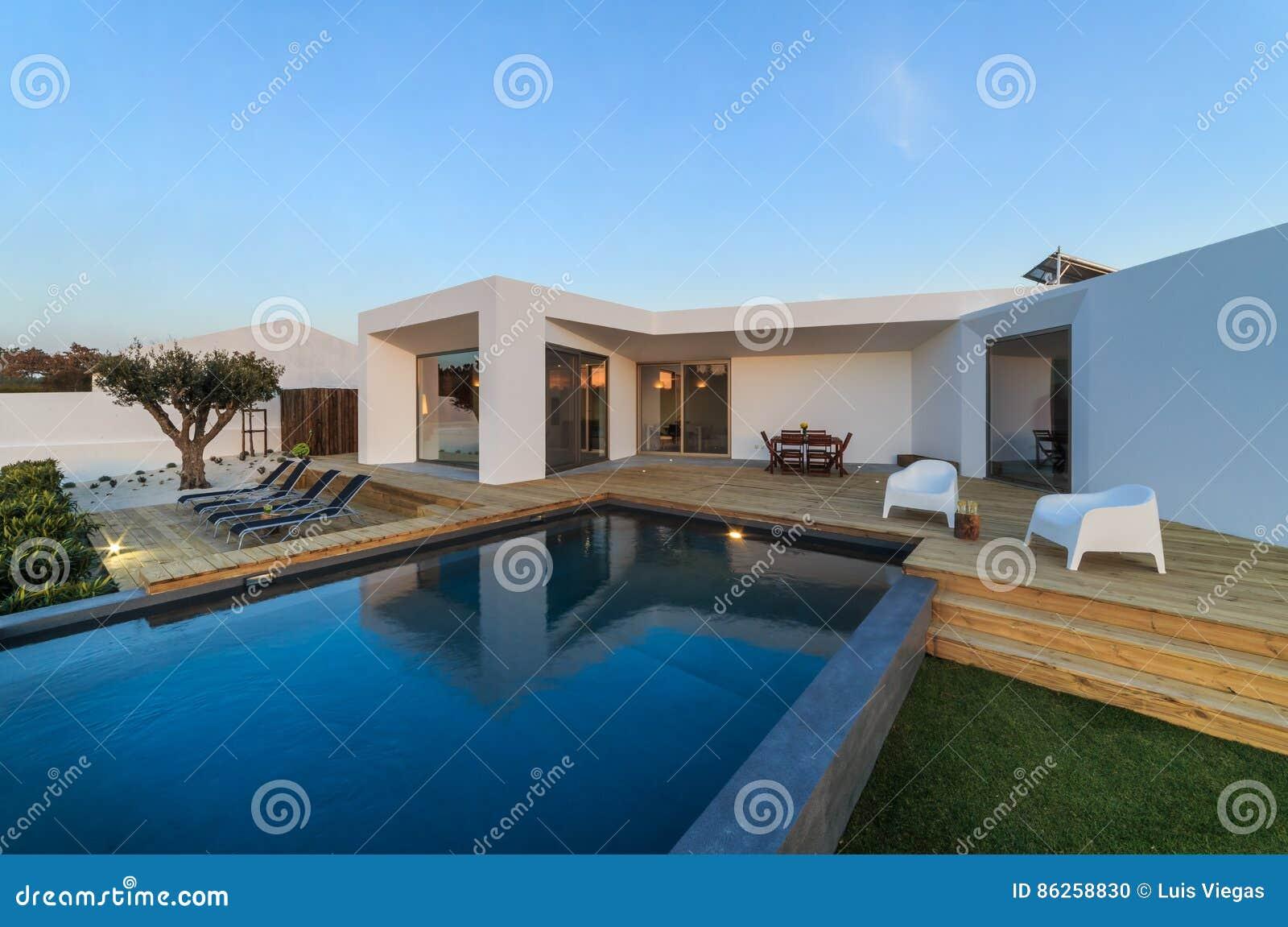 Maison Moderne Avec La Piscine De Jardin Et La Plate-forme En Bois ...