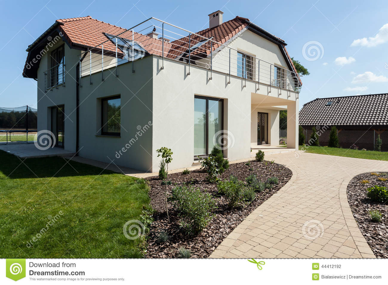 Maison moderne avec le jardin photo stock image 44412192 for Le jardin moderne