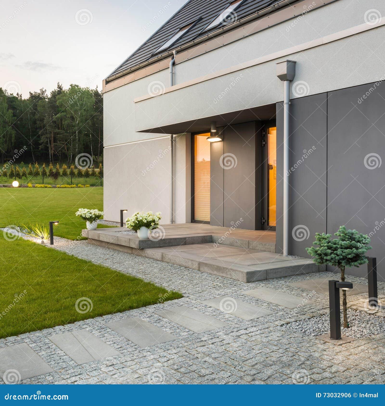 Maison Moderne Avec Le Jardin Photo stock - Image du garage ...