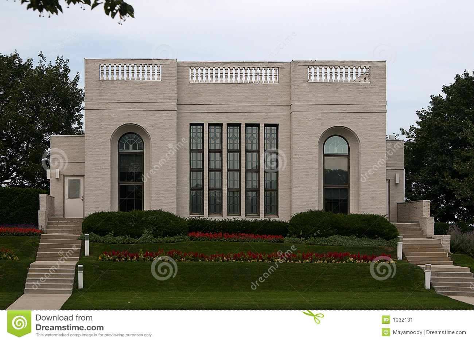 Maison moderne avec le jardin vue de face image stock image 1032131 - Jardin maison moderne ...