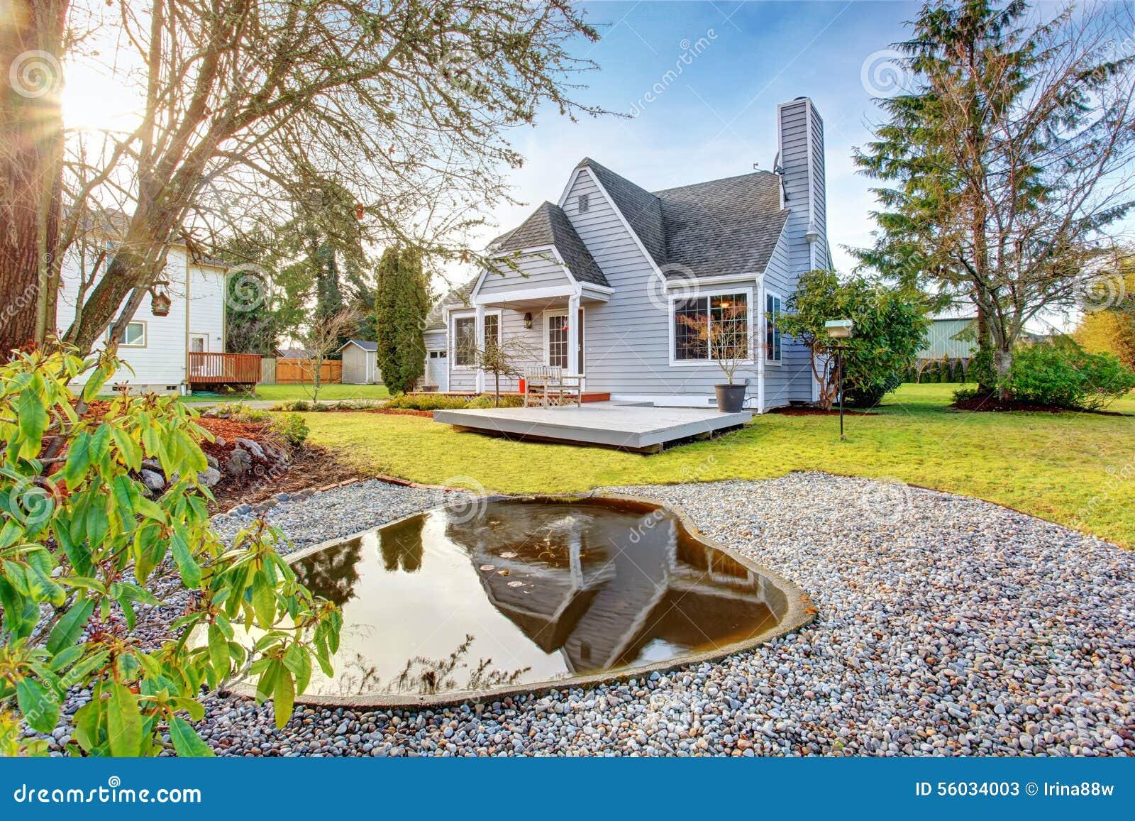 maison moderne avec le passage couvert et garage photo stock image 56034003. Black Bedroom Furniture Sets. Home Design Ideas