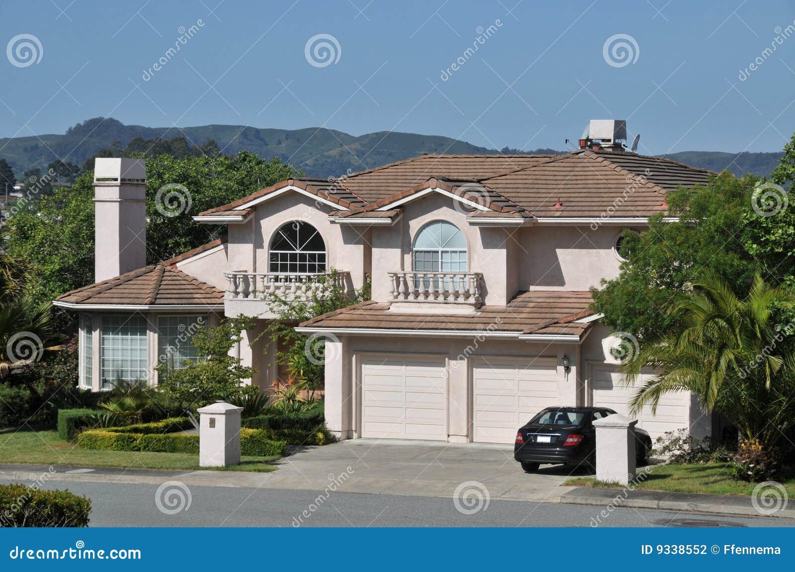 maison moderne avec le v hicule dans l 39 all e photo stock image du construction luxe 9338552. Black Bedroom Furniture Sets. Home Design Ideas