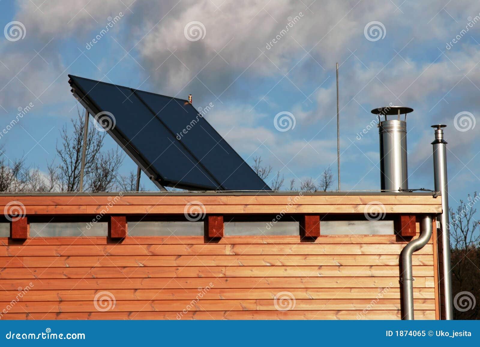 maison moderne avec les panneaux solaires sur le toit pour. Black Bedroom Furniture Sets. Home Design Ideas