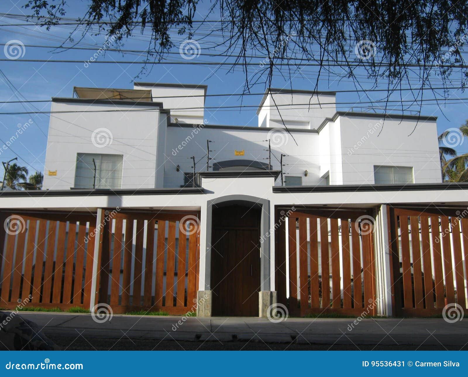 Exceptionnel Belle Maison Moderne Avec Deux Garages Et Une Entrée Principale Construit  Avec La Maçonnerie Et Situé Dans Une Zone Résidentielle