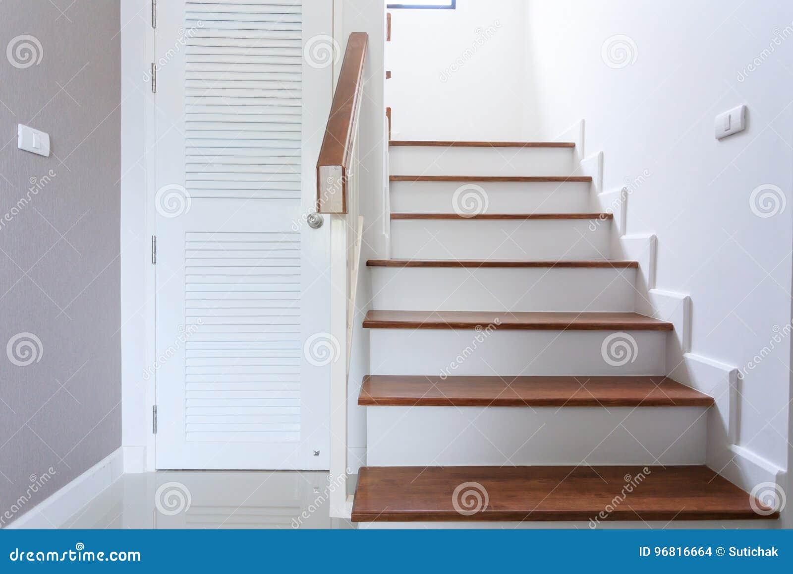 Maison Moderne Blanche Contemporaine Intérieure Avec L\'escalier En ...
