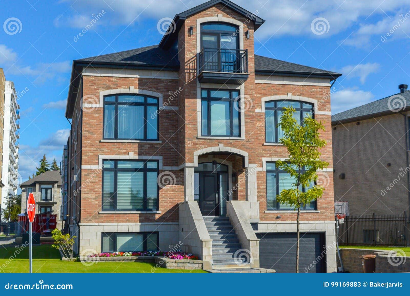 Maison Moderne Chère Avec Les Fenêtres énormes à Montréal, Canada