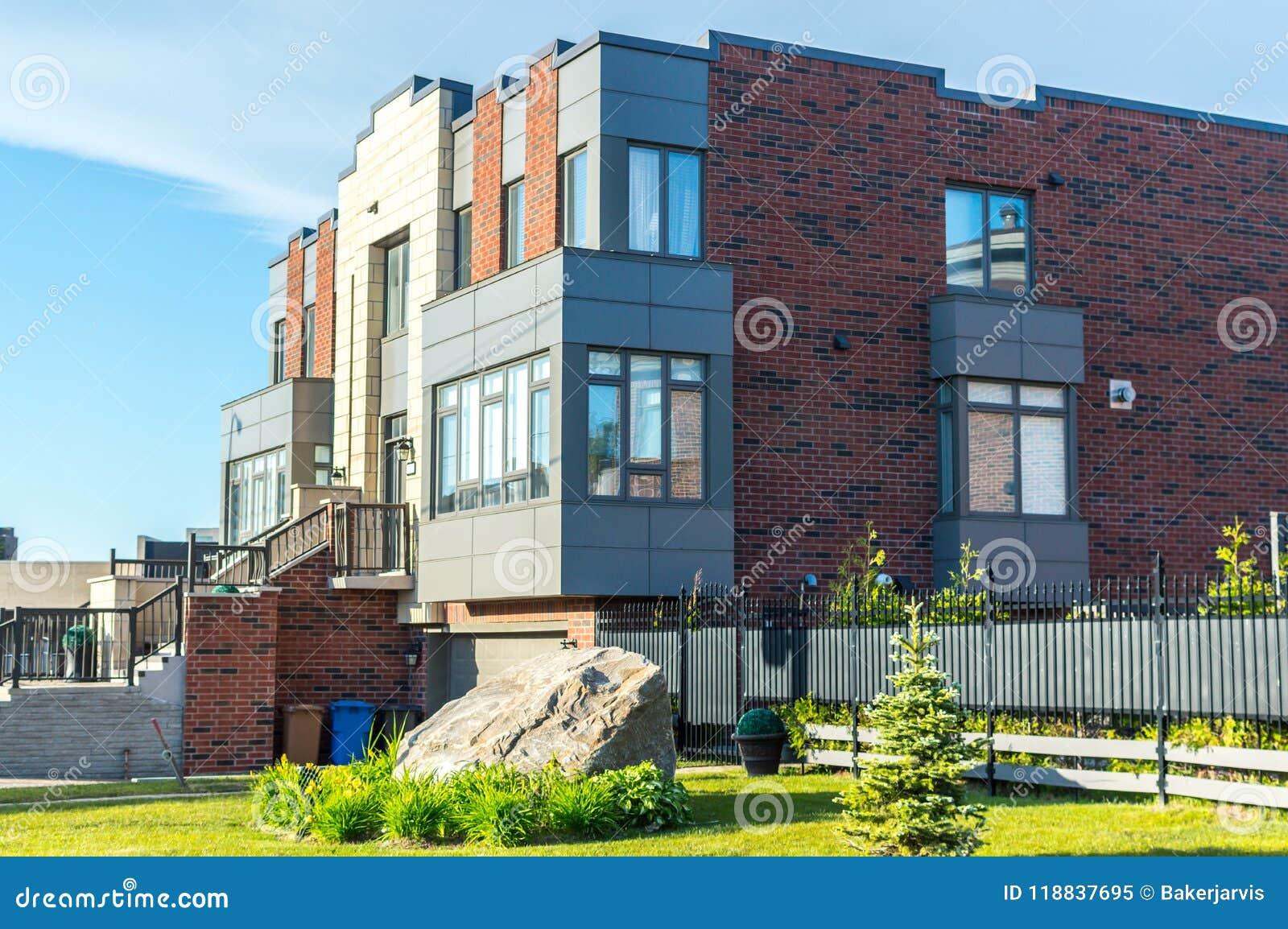 Maison Moderne Chère Avec Les Fenêtres énormes Image stock ...