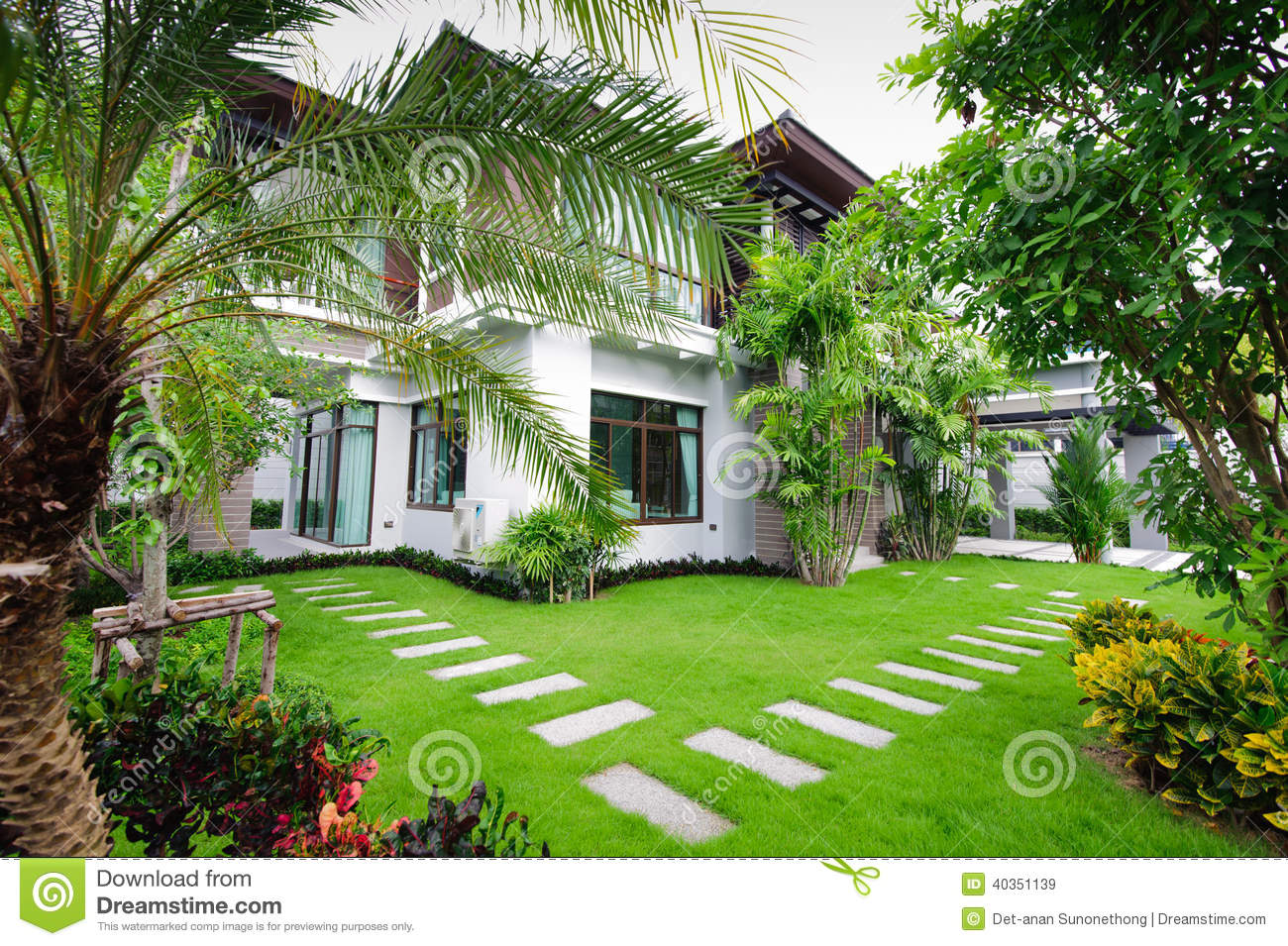 Maison moderne dans le jardin image stock image 40351139 for Jardin moderne photo