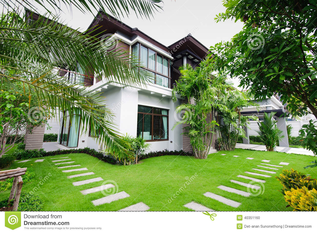 Maison moderne dans le jardin photo stock image 40351160 for Grand jardin en friche