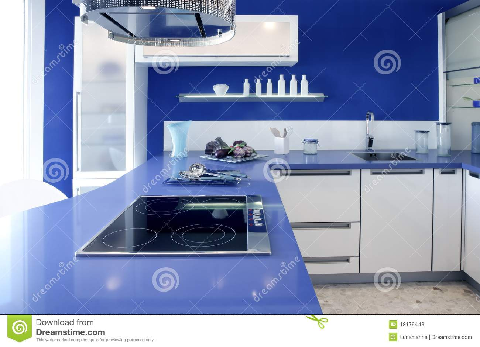 Maison moderne de conception intérieure de cuisine blanche bleue ...