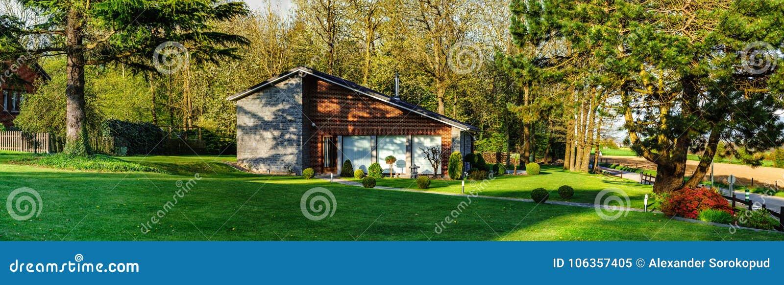 Maison Moderne De Famille Dans Lu0027endroit Calme De Nature, Temps De Coucher  Du Soleil, Belgique