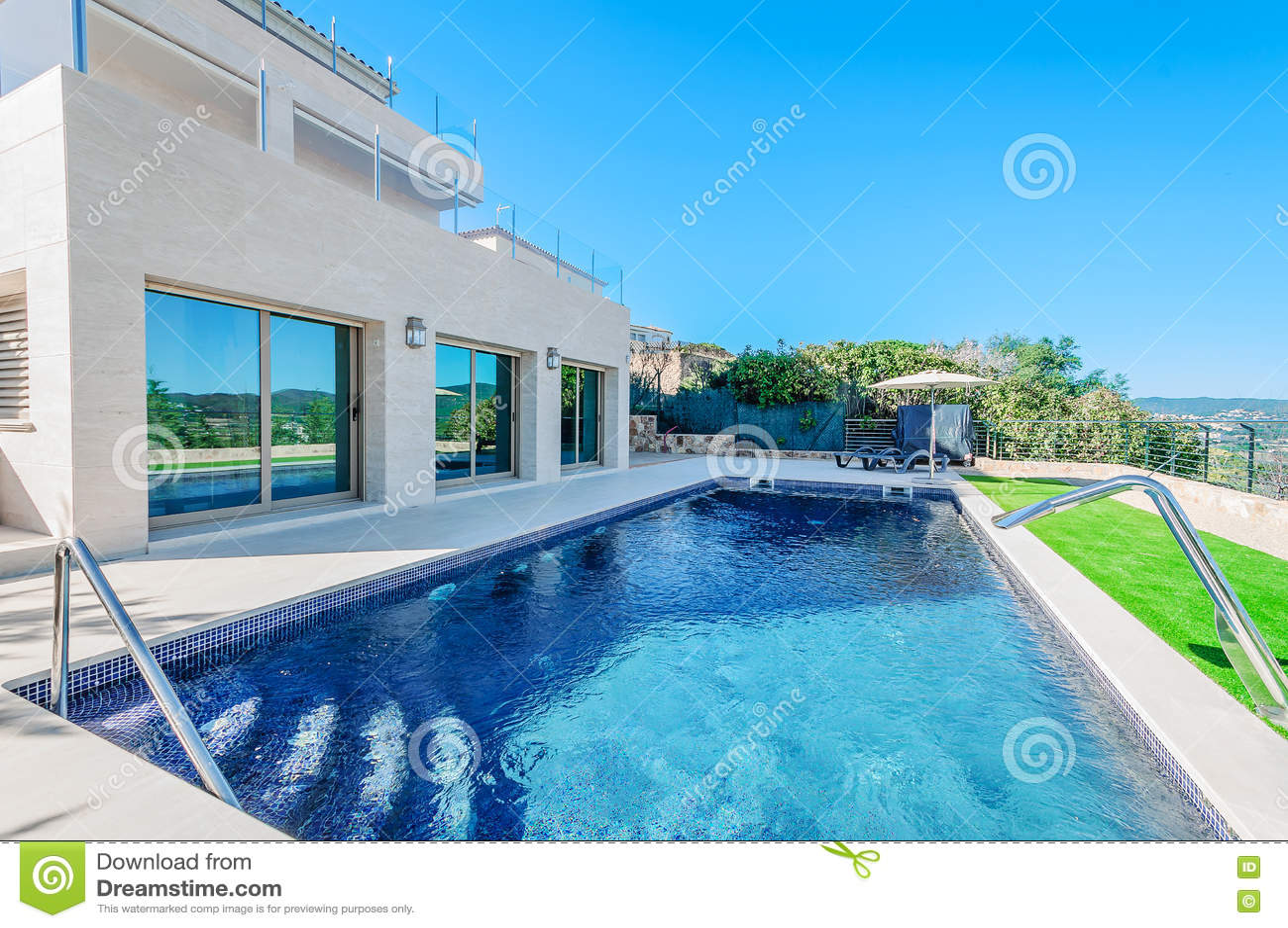 Maison Moderne De Luxe Avec La Piscine Avec Le Jet De ...
