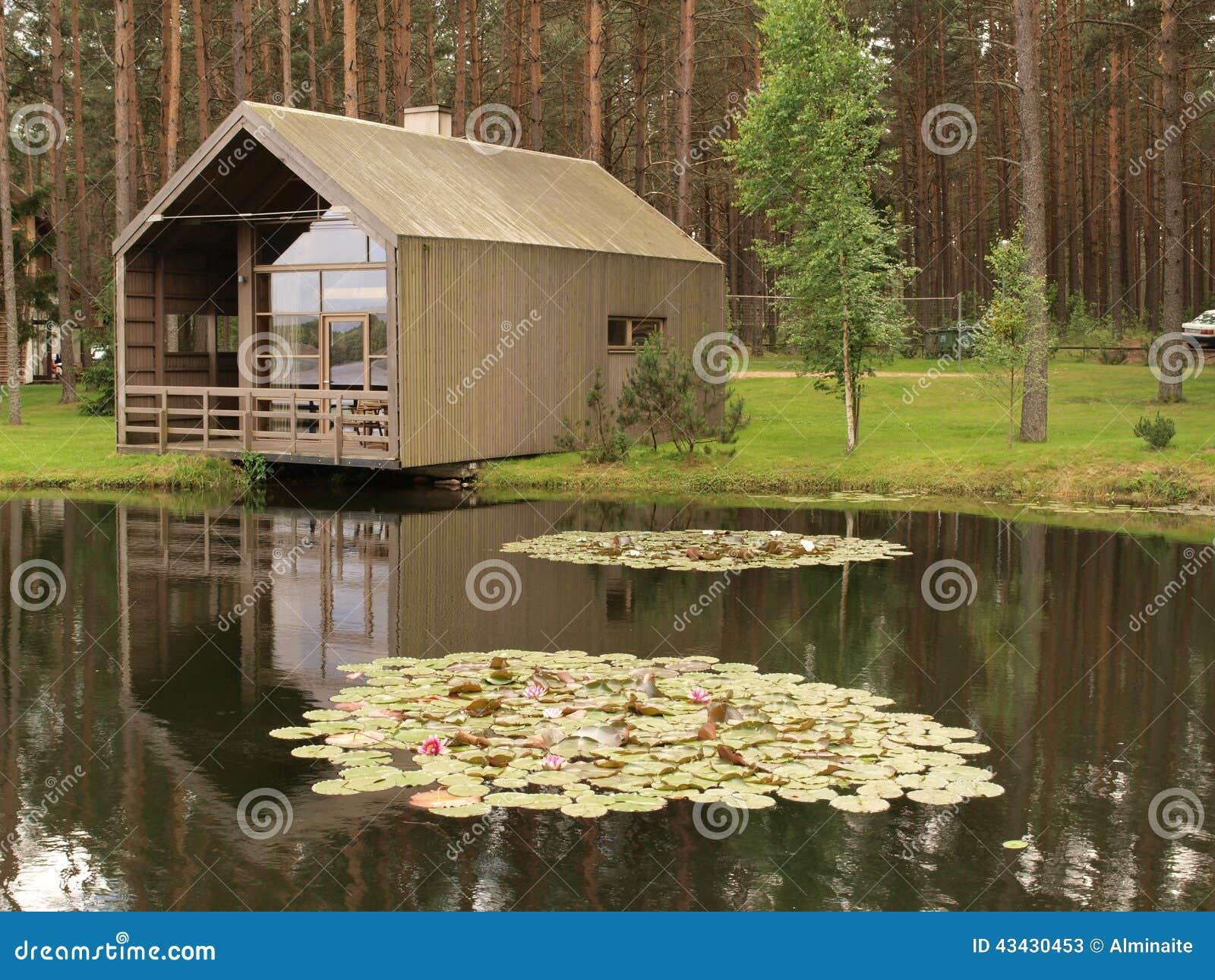 Maison moderne en bois un tang photo stock image for Achat maison avec etang