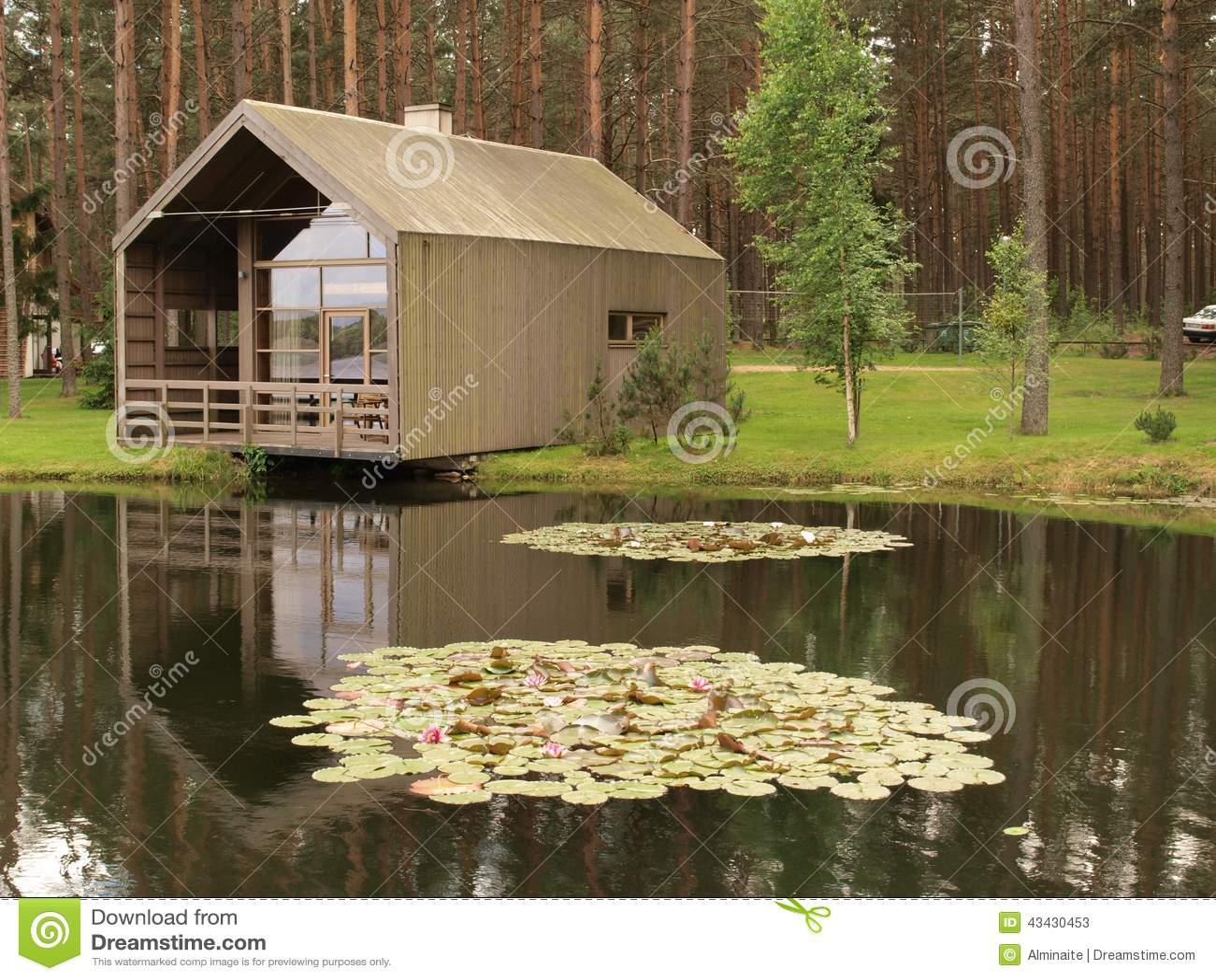 Maison Moderne En Bois à Un étang Photo stock  Image 43430453