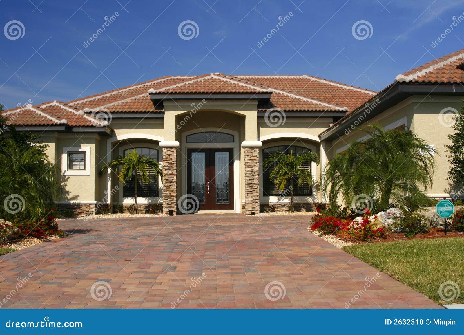 Maison neuve avec les accents en pierre photo stock for Photo maison neuve
