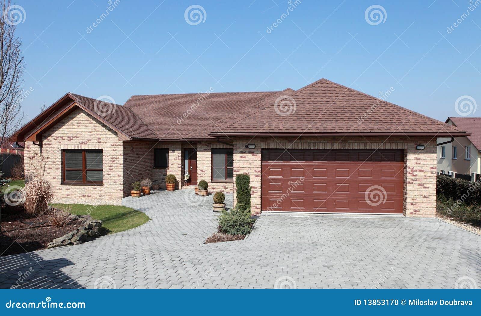 Maison neuve de brique photo stock image 13853170 - Maison brique moderne ...
