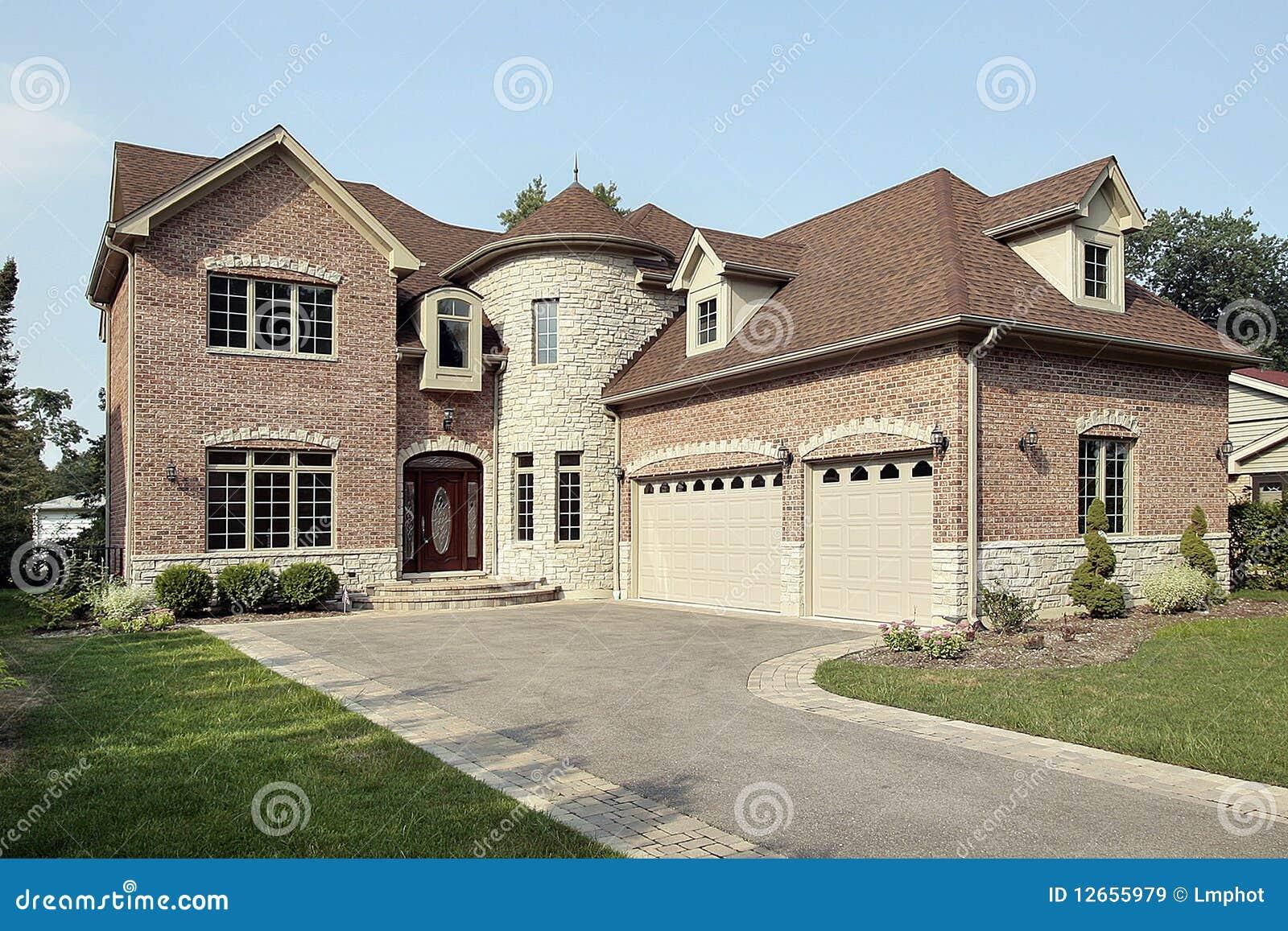 Maison neuve de brique avec la tourelle images libres de - Plan maison avec tour ...