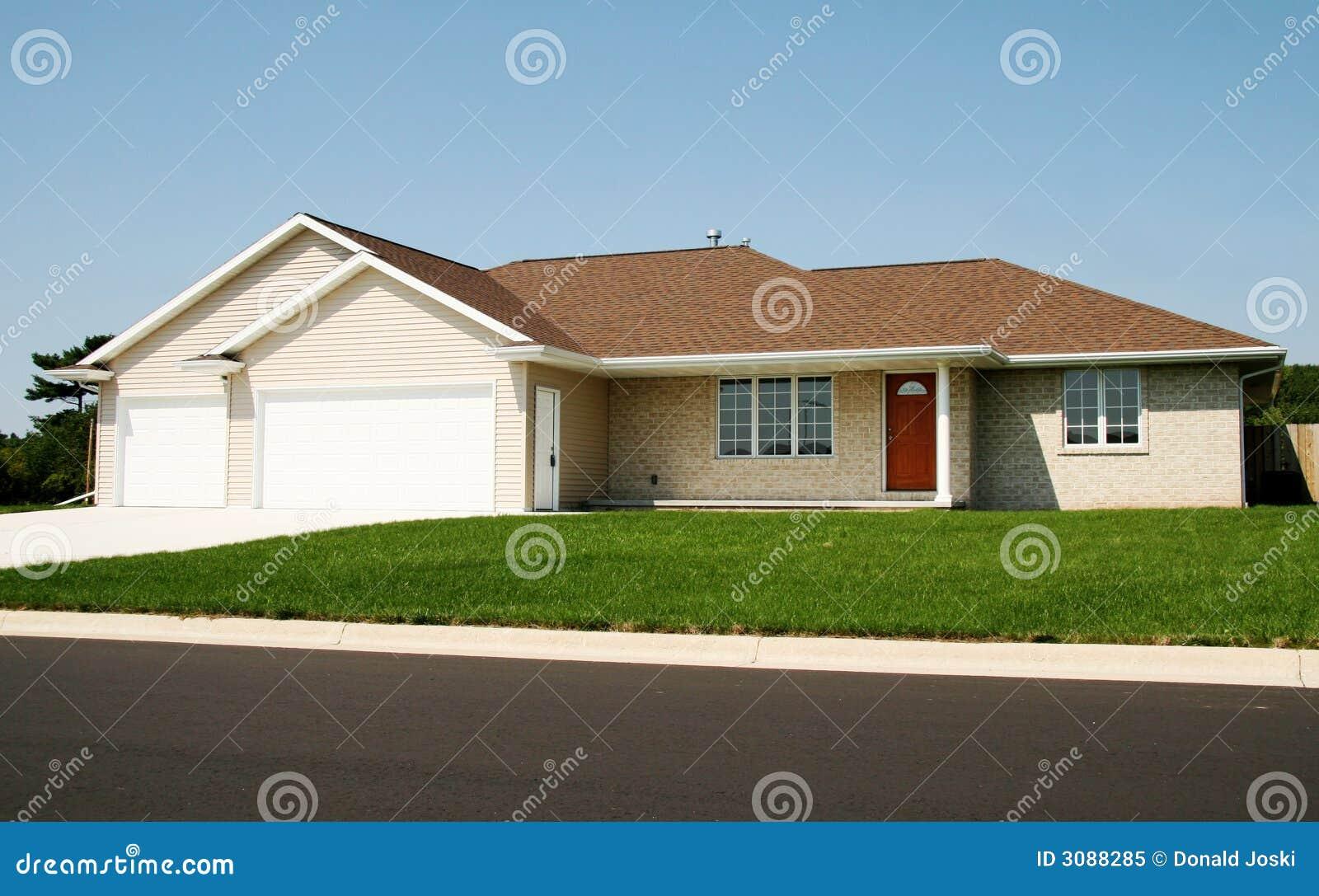 maison neuve de ranch photo libre de droits image 3088285. Black Bedroom Furniture Sets. Home Design Ideas
