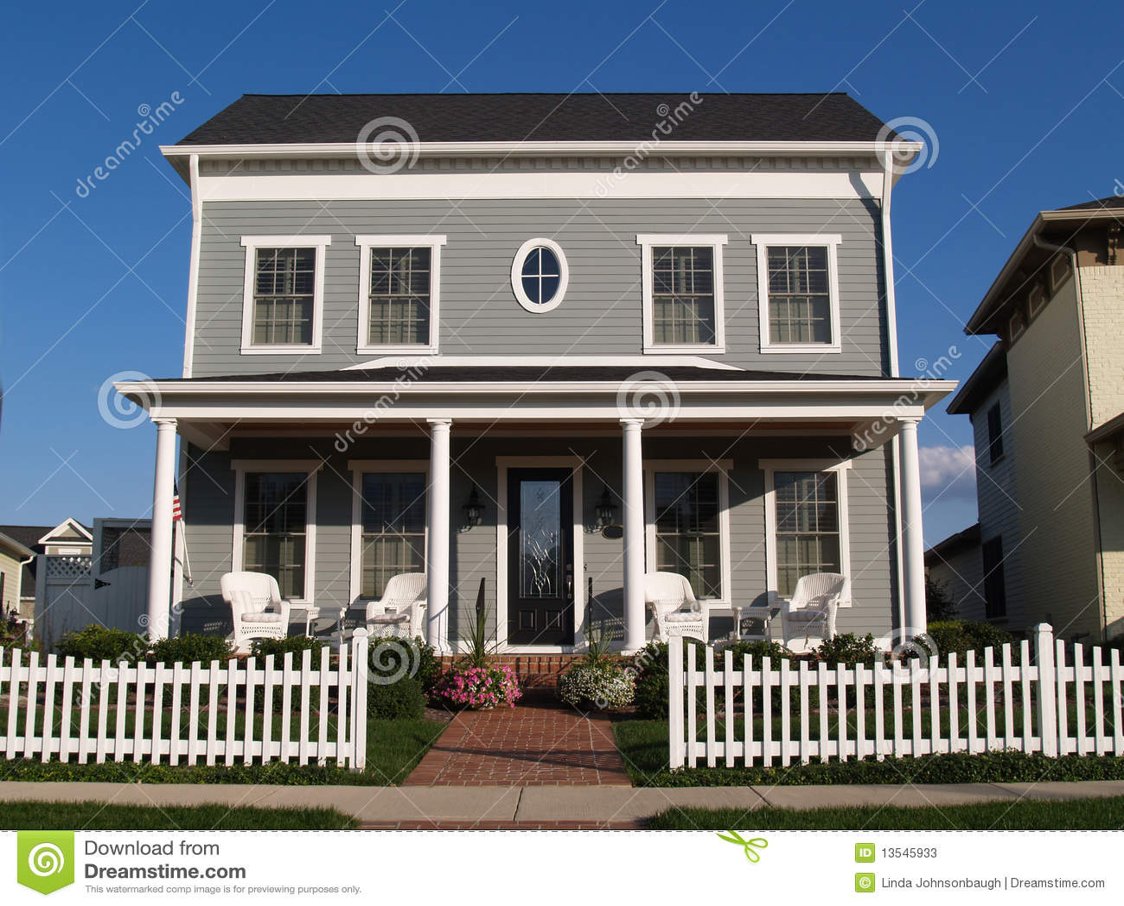 maison neuve de vinyle de deux histoires avec le regard historique photos stock image 13545933. Black Bedroom Furniture Sets. Home Design Ideas