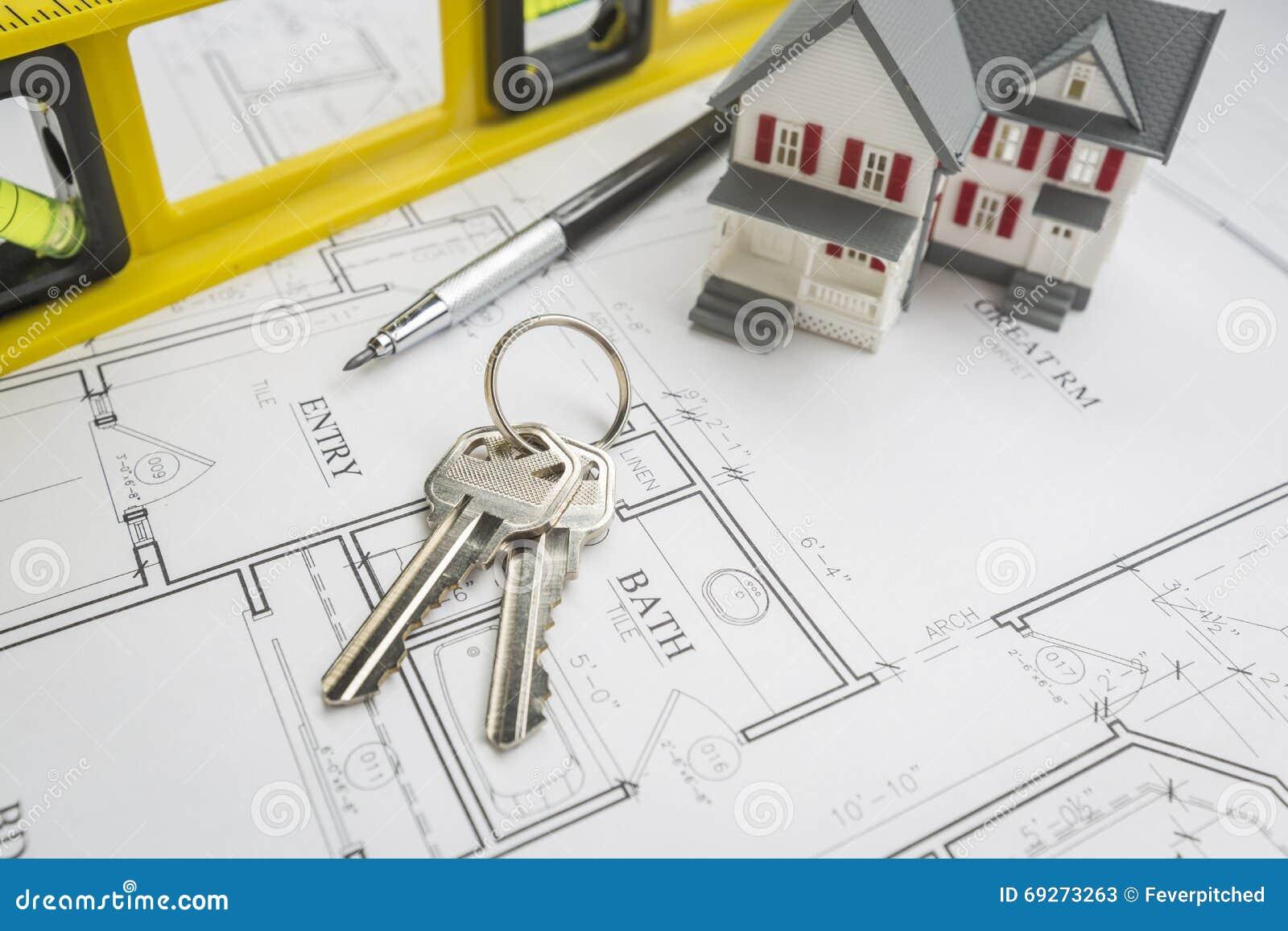 Maison niveau de construction crayon et clés se reposant sur des plans de chambre
