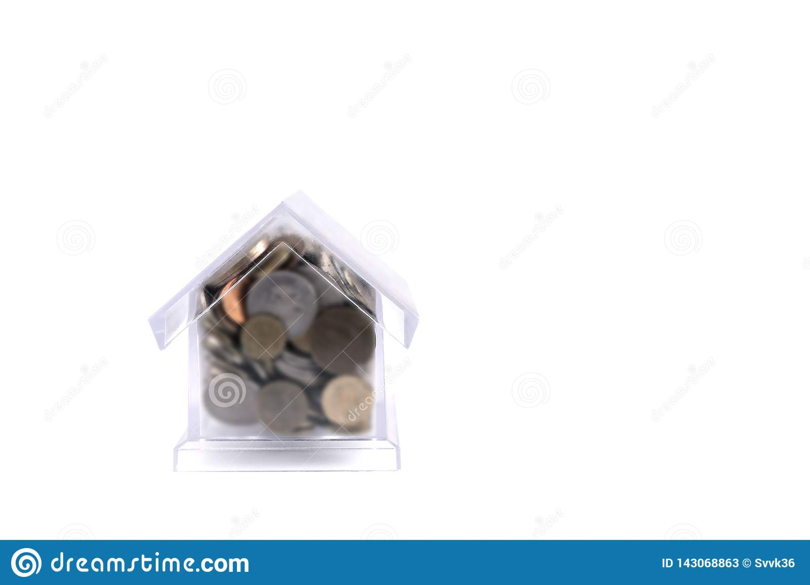 Maison-porc avec un tuyau Maison en plastique transparente sur un fond blanc Dans les pièces de monnaie en métal de tirelire de d