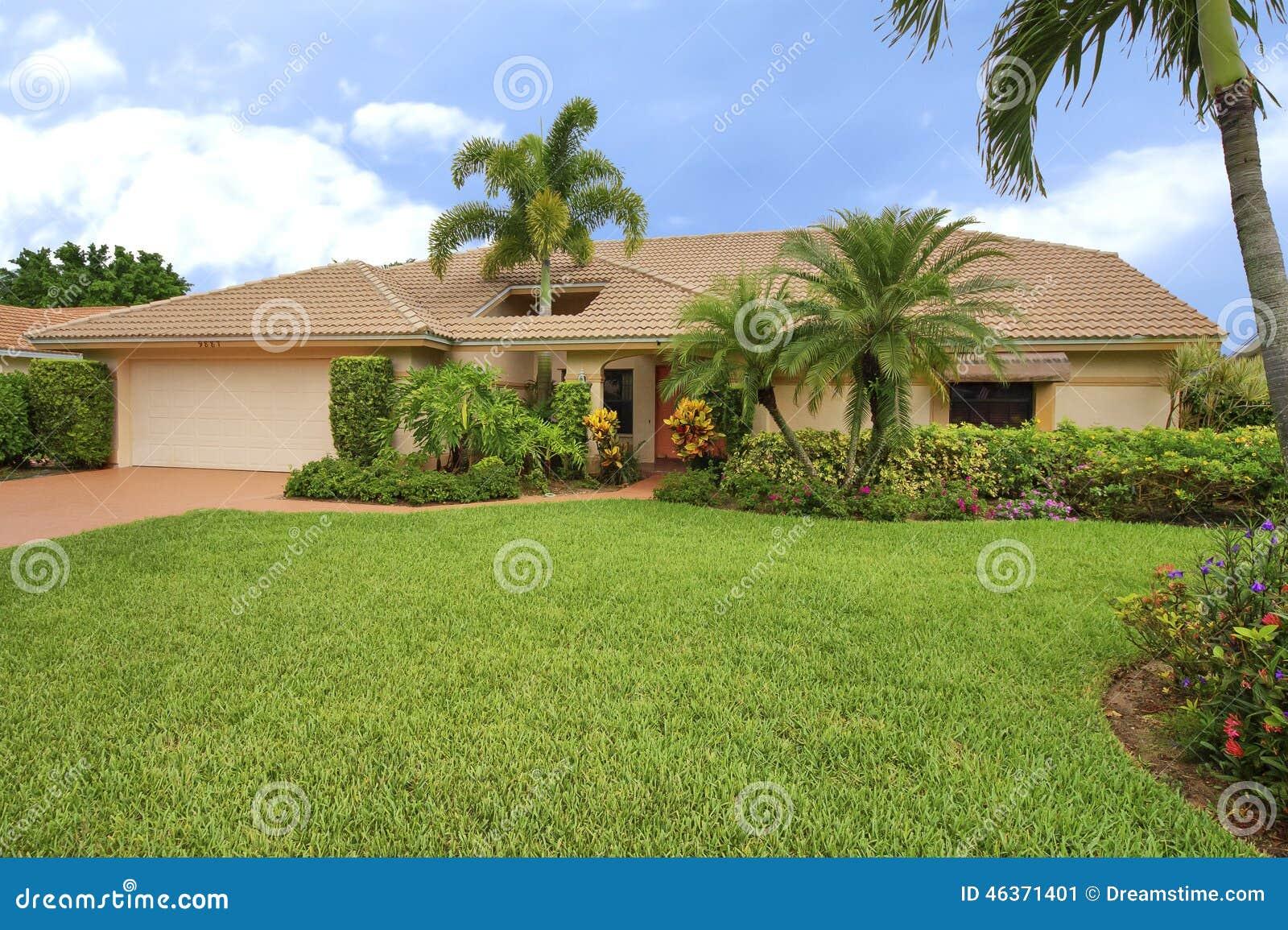 maison propre de style de ranch de la floride avec le sondage au toit pour adapter au palmier. Black Bedroom Furniture Sets. Home Design Ideas