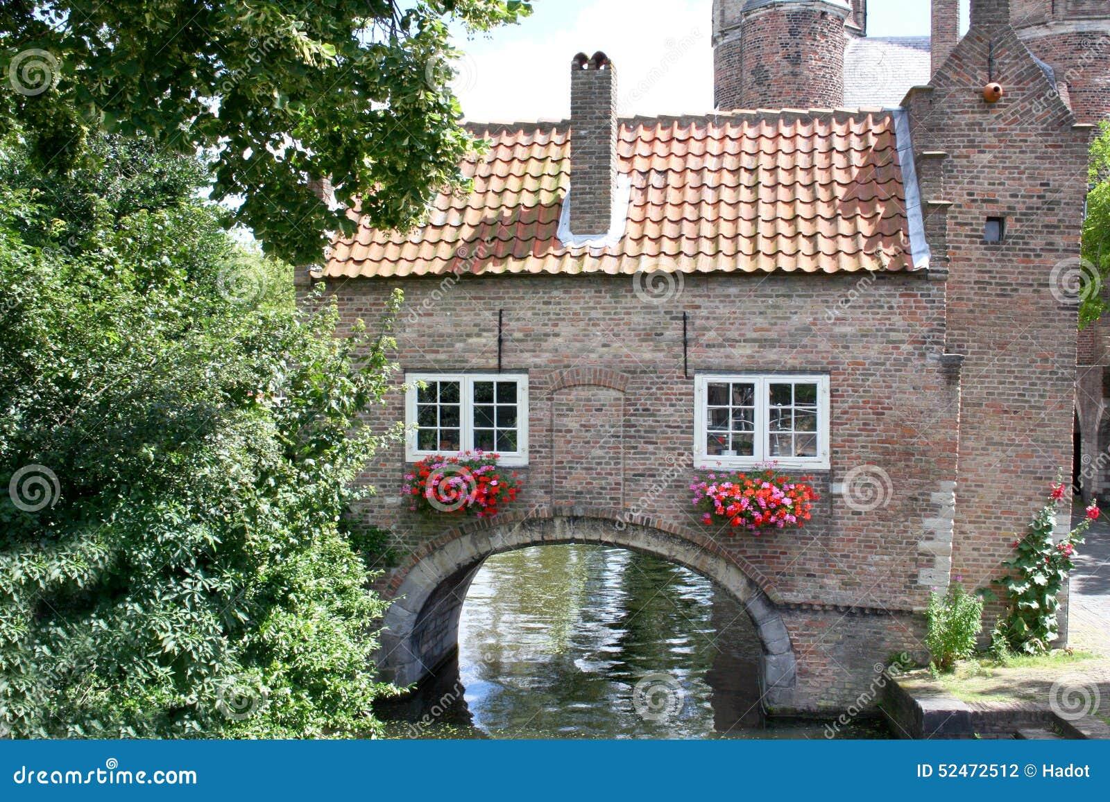 Maison romantique photo stock image du vieux hublots for Maison romantique