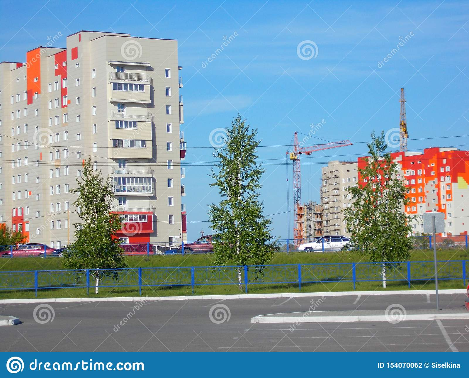 Maison rouge-blanc-orange de maison à plusiers étages, Russie