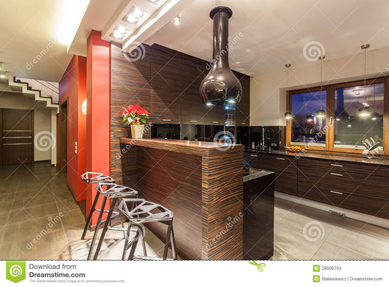 maison rouge cuisine avec le compteur de bar images stock image 28506734. Black Bedroom Furniture Sets. Home Design Ideas
