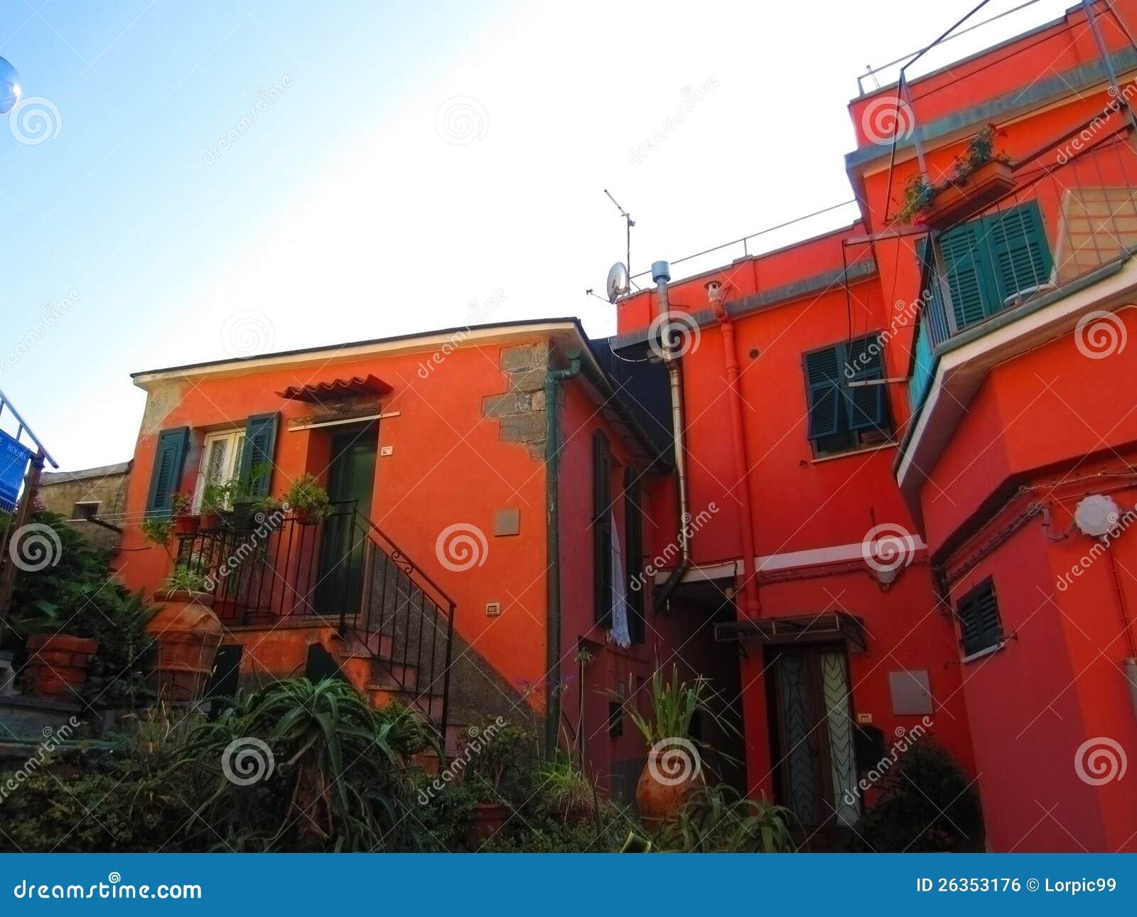 Maison rouge dans le village italien photo stock image for Dans italien