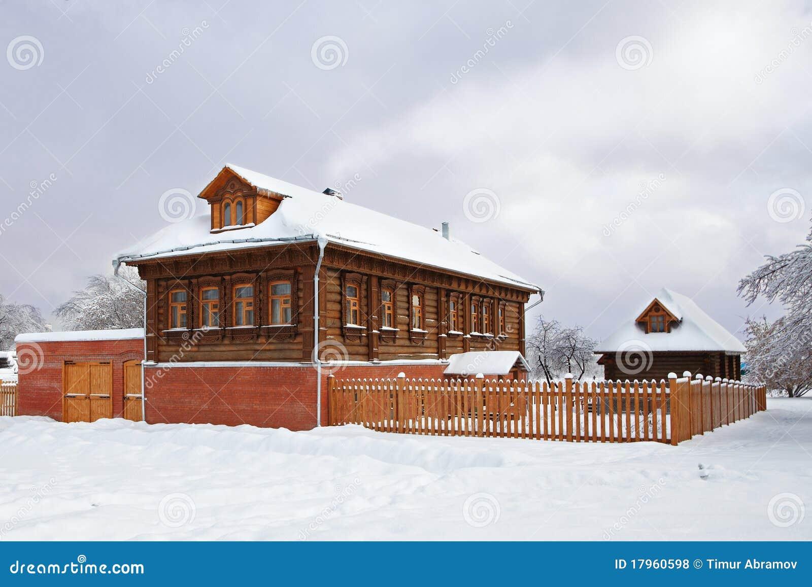 Maison russe en bois en hiver couvert de neige photos libres de droits imag - Temperature maison hiver ...