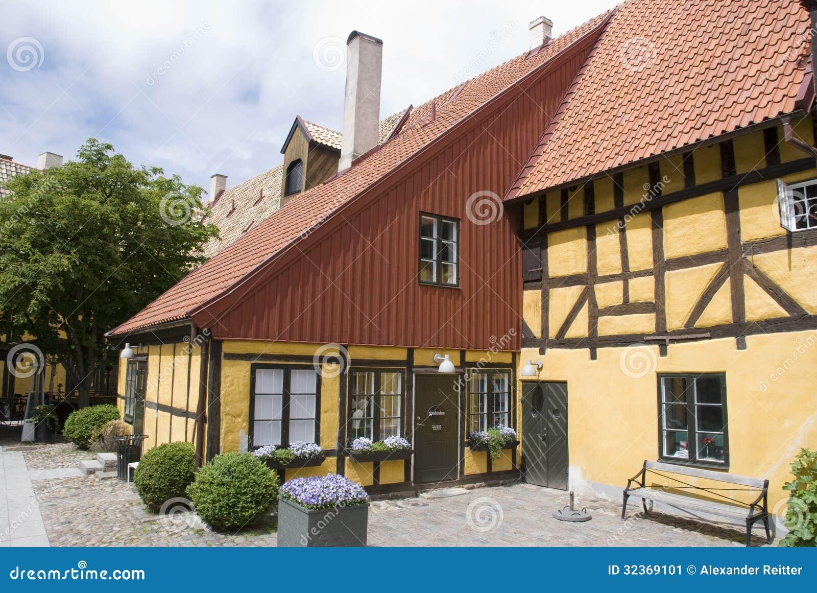 maison scandinave jaune image stock image du architecture 32369101. Black Bedroom Furniture Sets. Home Design Ideas